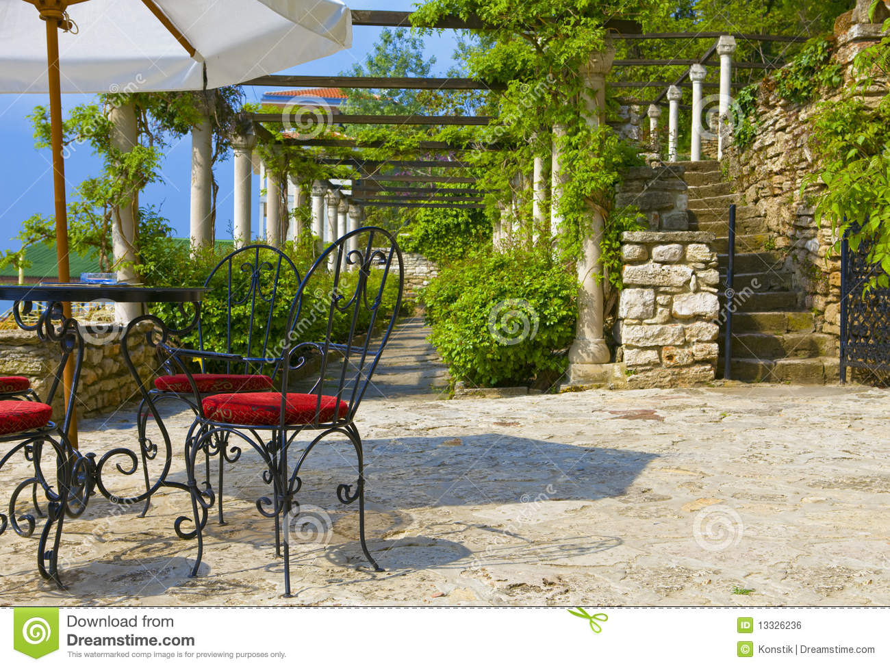Cafe En Plein Air Sur Winded Autour De La Terrasse Verte Photo Stock