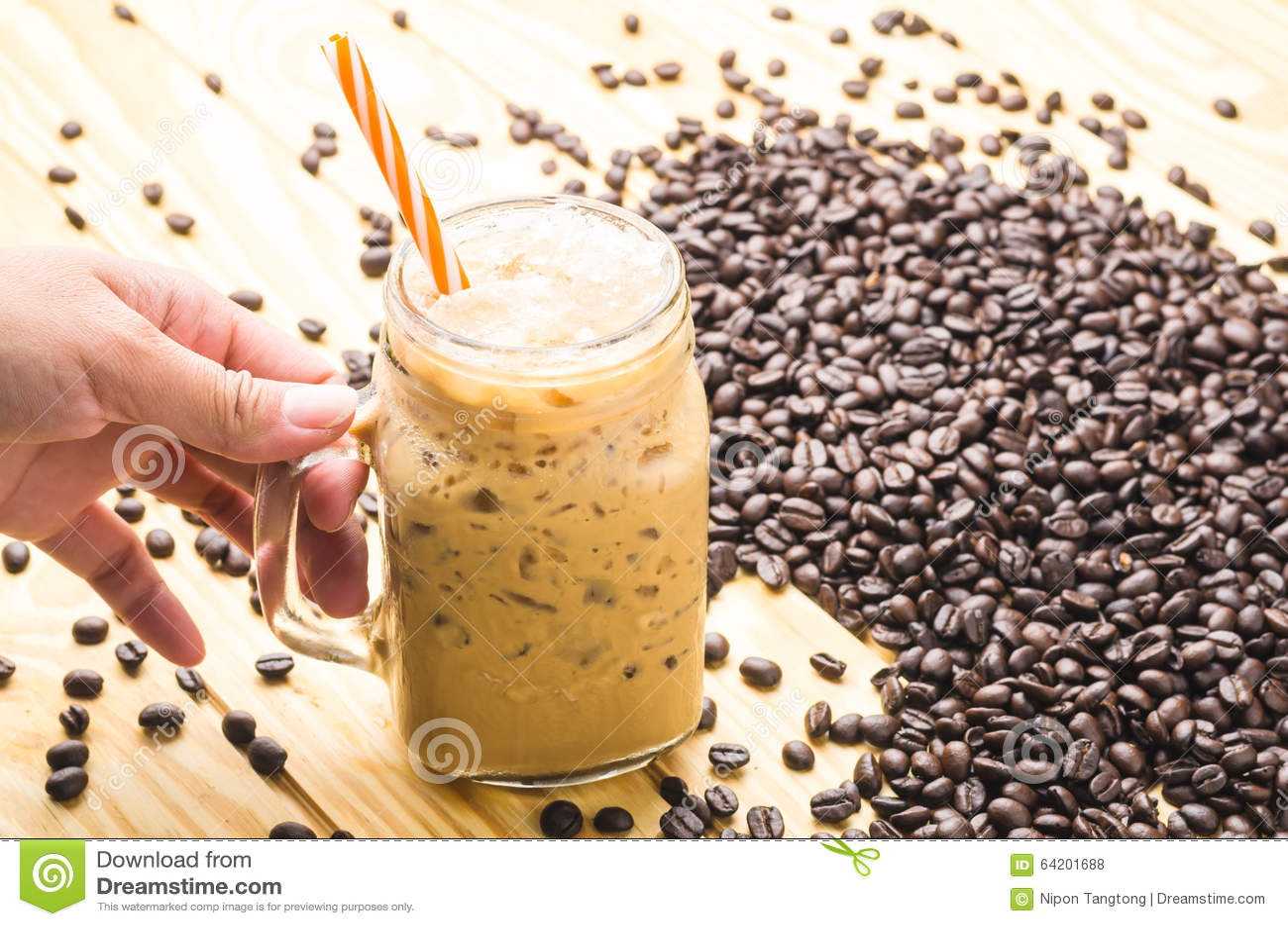 Café en un vidrio de la taza en la tabla de madera