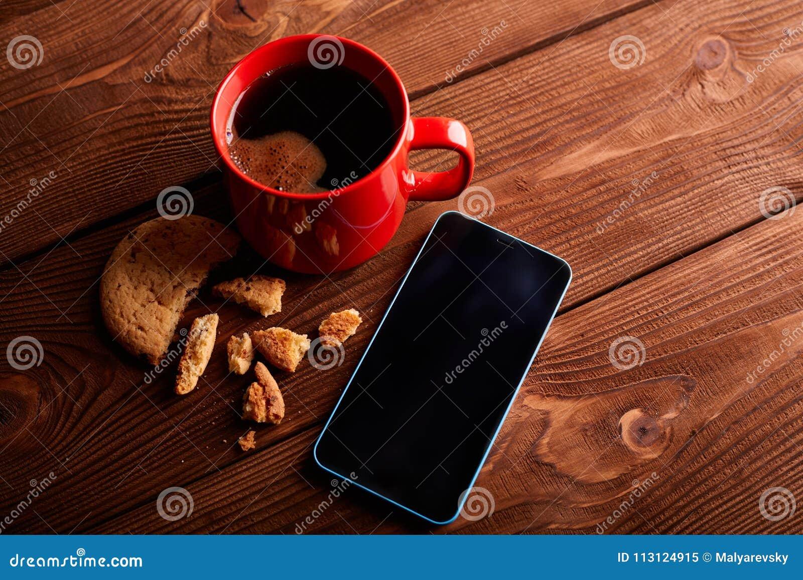 Café et biscuits faits maison avec du chocolat Biscuits faits main de chocolat et tasse d expresso sur la table en bois Pile de p