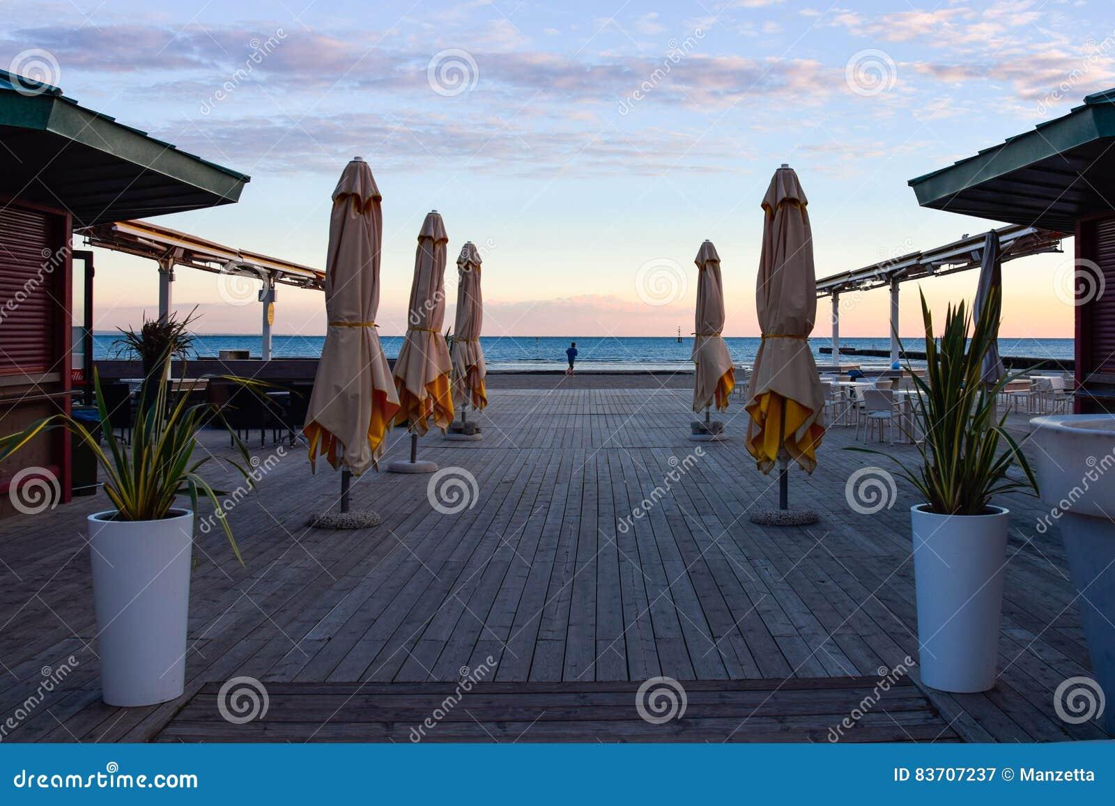 Cafe Exterieur De Terrasse Sur La Plage Vide D En En Hiver Image