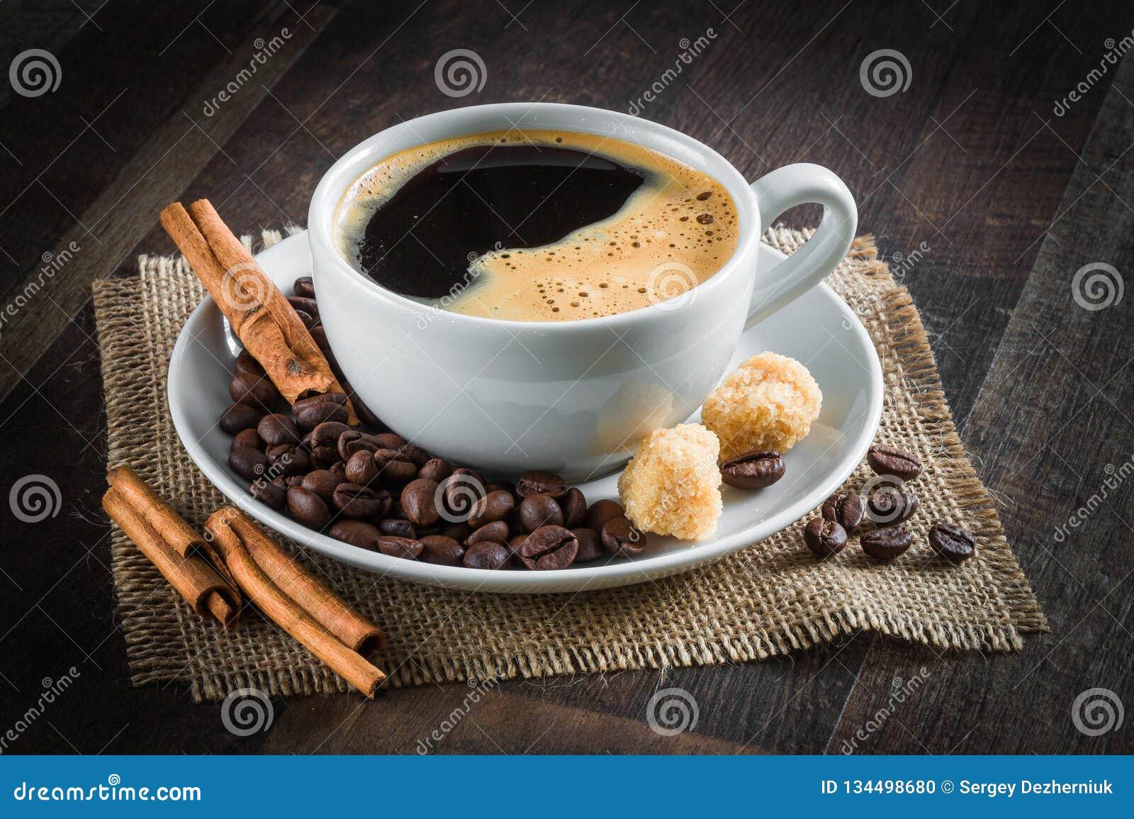 Café, feijões de café, especiarias, anis de estrela, canela, açúcar, lona
