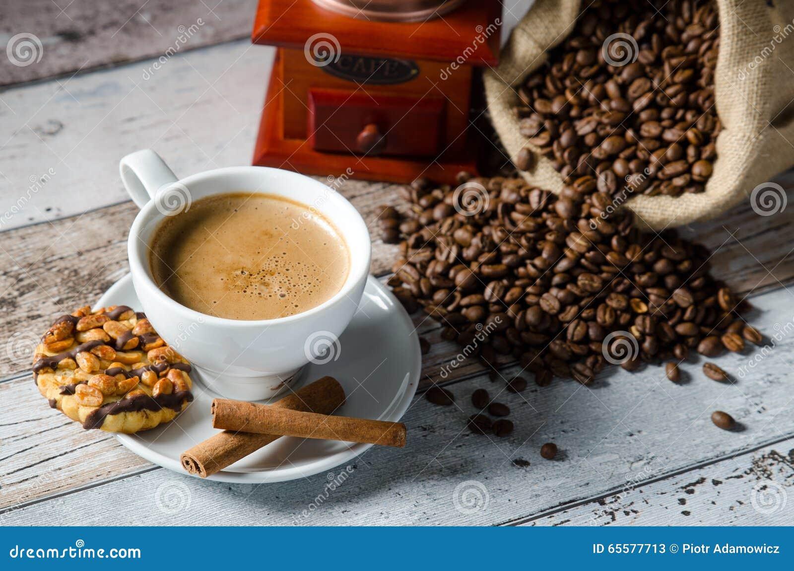 Café, feijões roasted, moedor do moinho e alguns doces