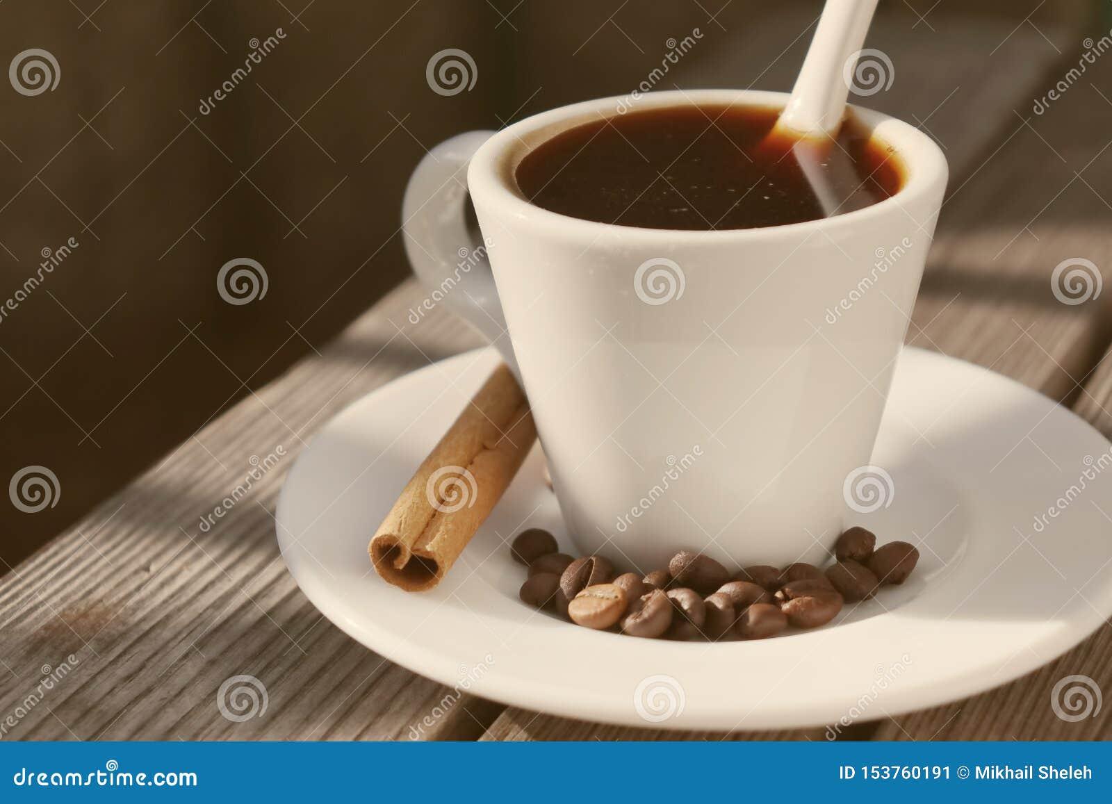 Café fragante en el sol de la mañana