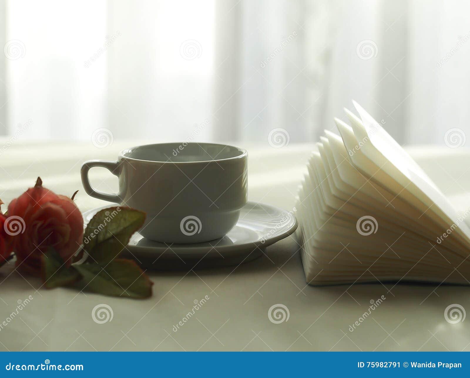 Café fresco en la cama, foco selecto de la mañana