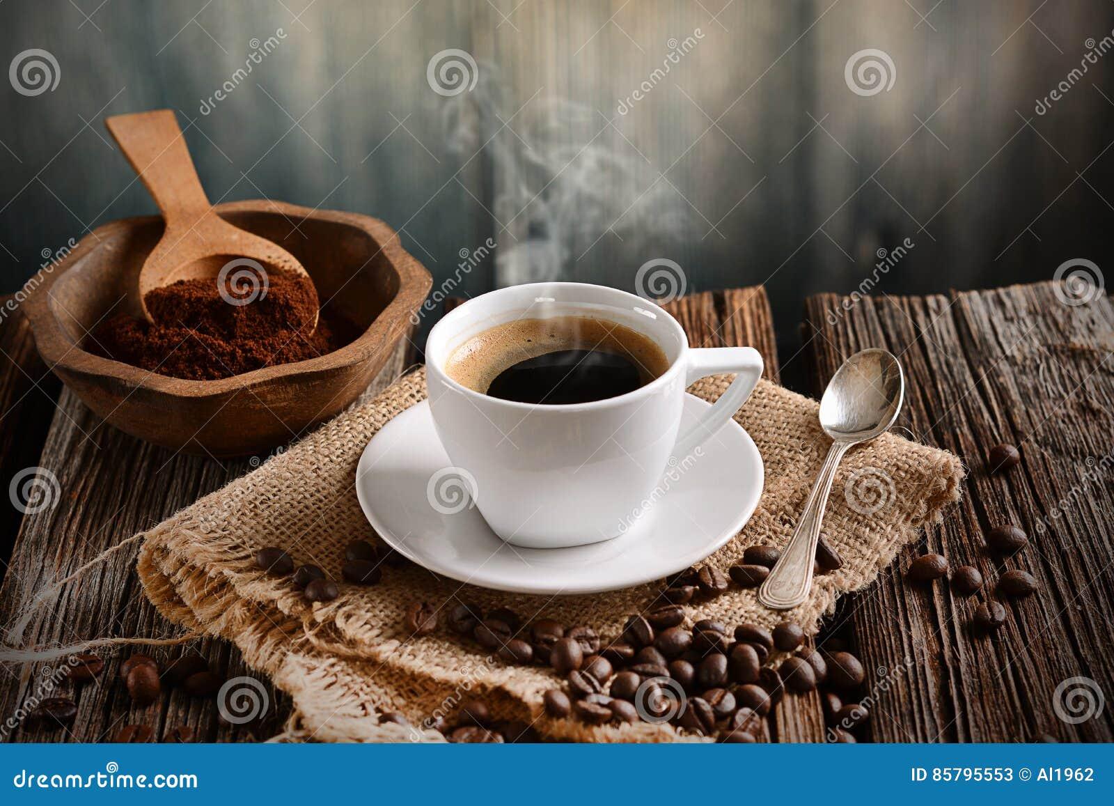 Café italiano no copo branco pequeno