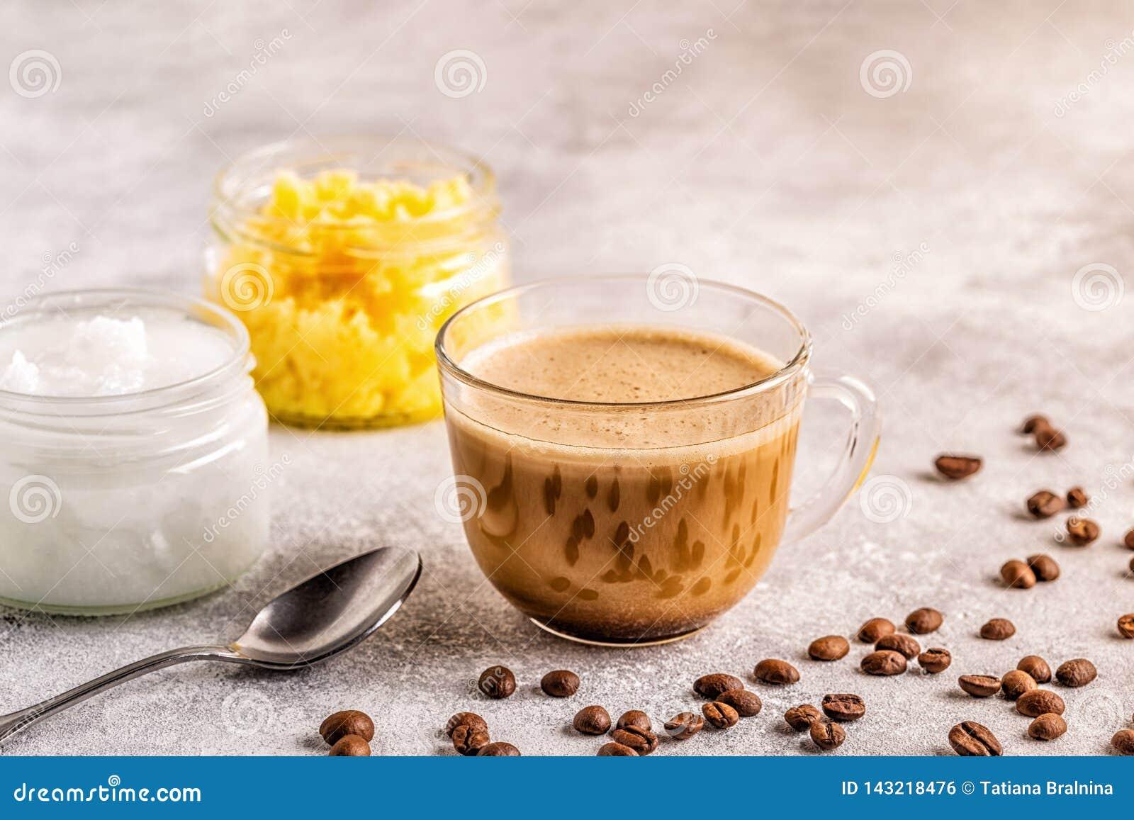 Café mezclado con aceite de la mantequilla de la mantequilla de búfalo y de coco de MCT