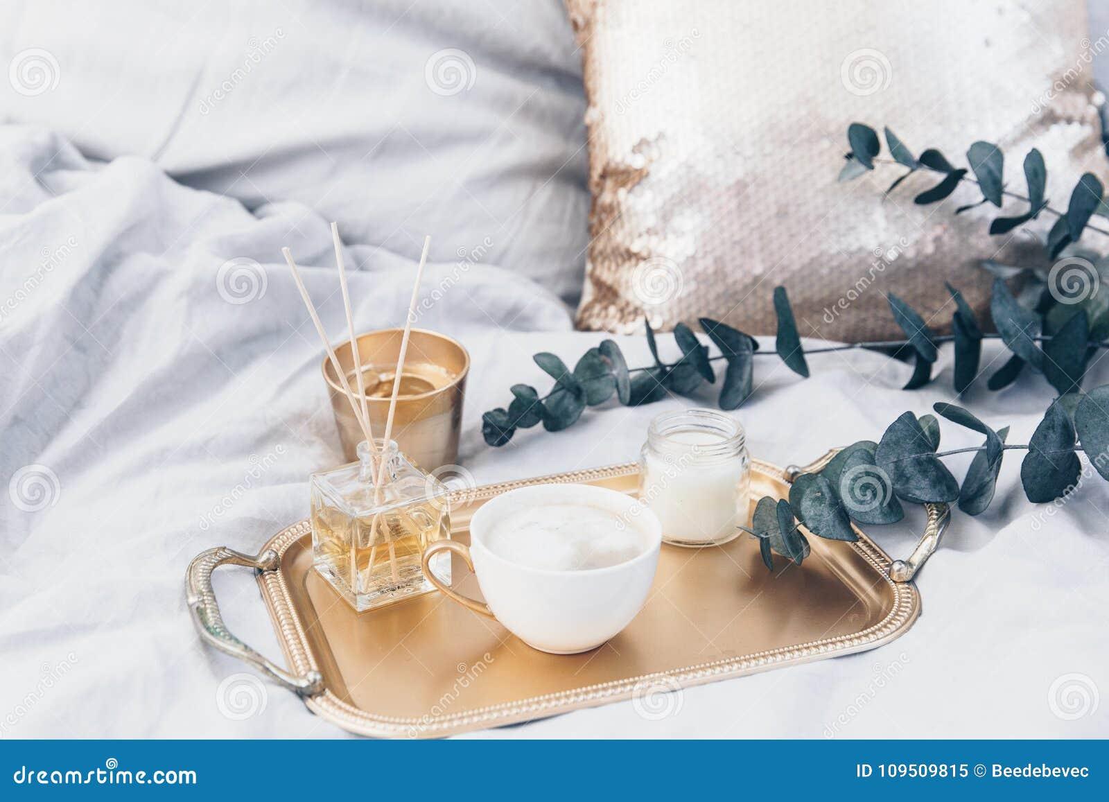 Café na cama Ainda composição elegante da vida com elementos do ouro