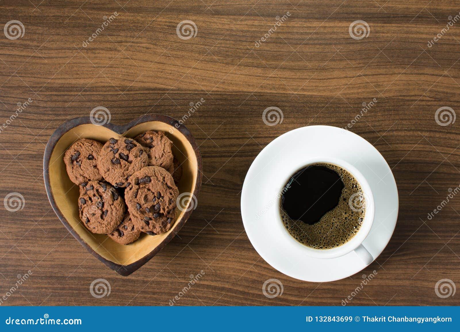 Café noir avec des gâteaux aux pépites de chocolat