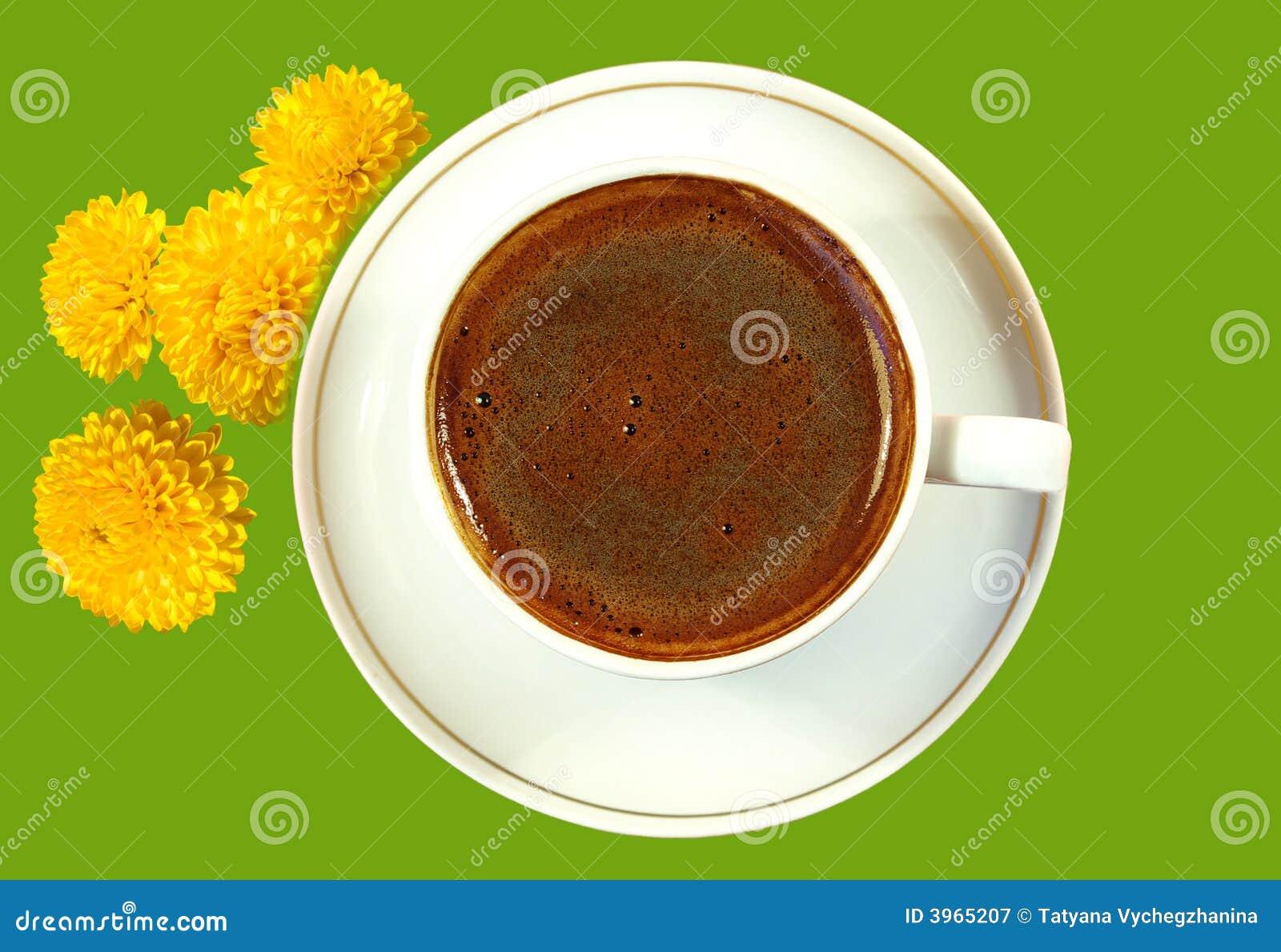 Café noir dans la cuvette blanche