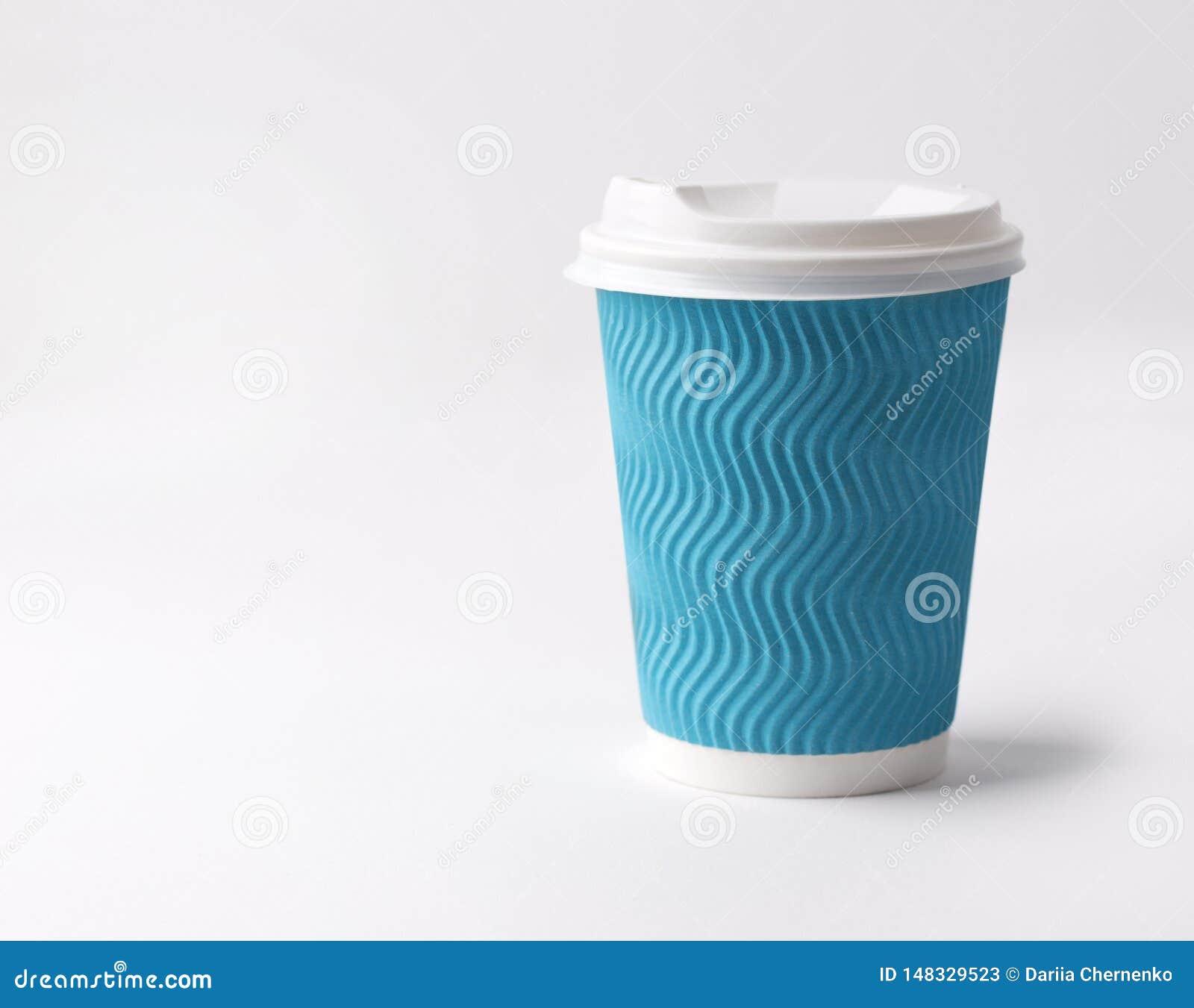Café para viagem no copo de papel em um fundo branco