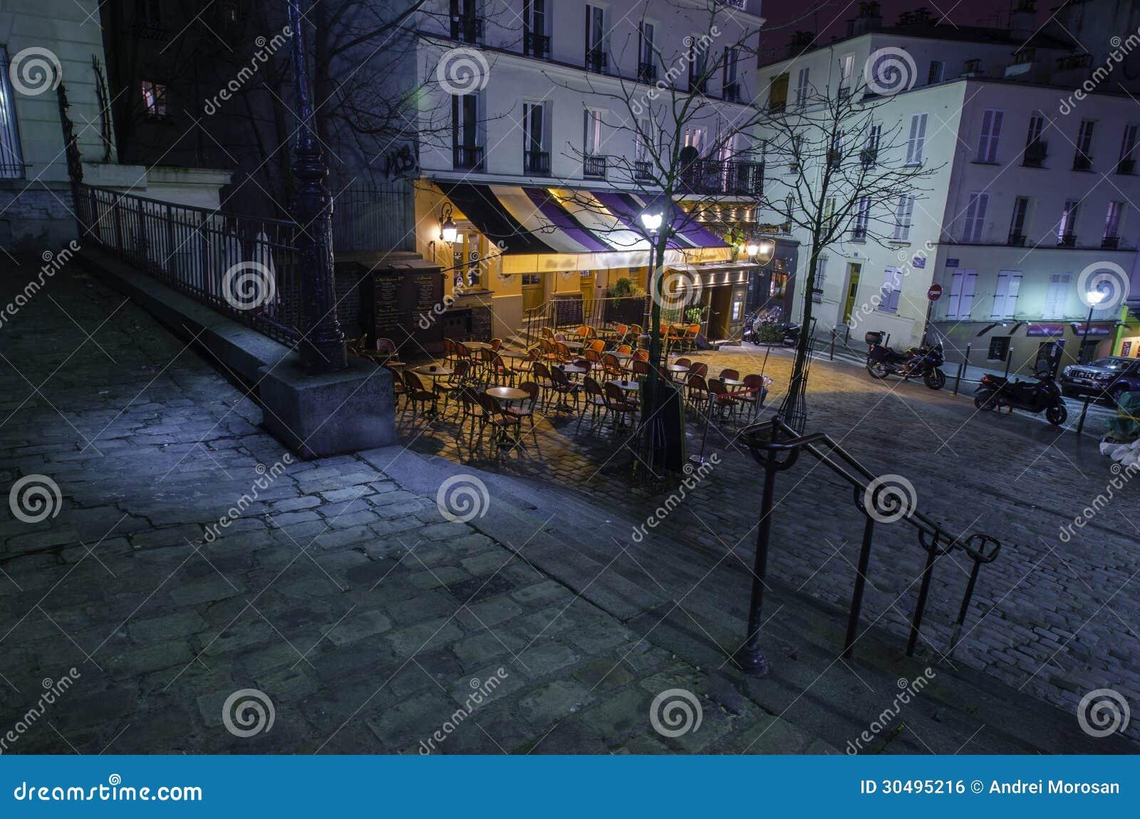 Café parisien de montmartre la nuit