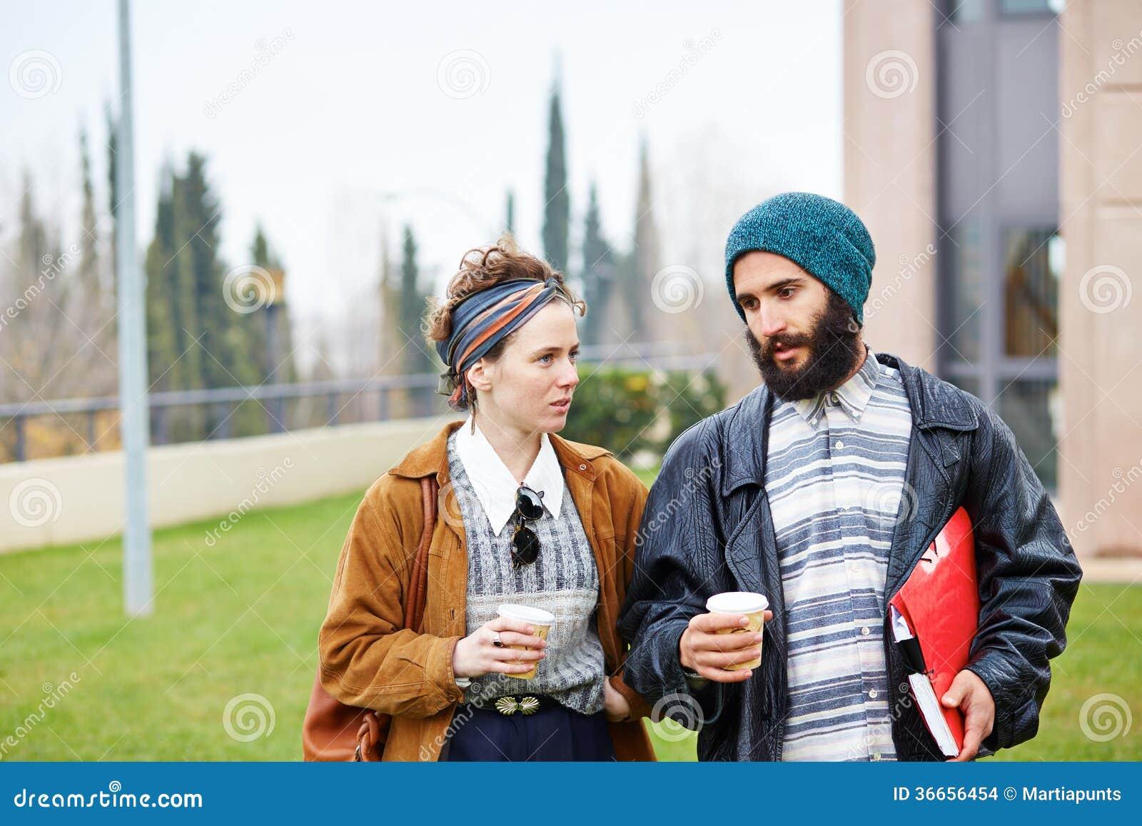 Café parlant et potable de couples de hippie pour aller