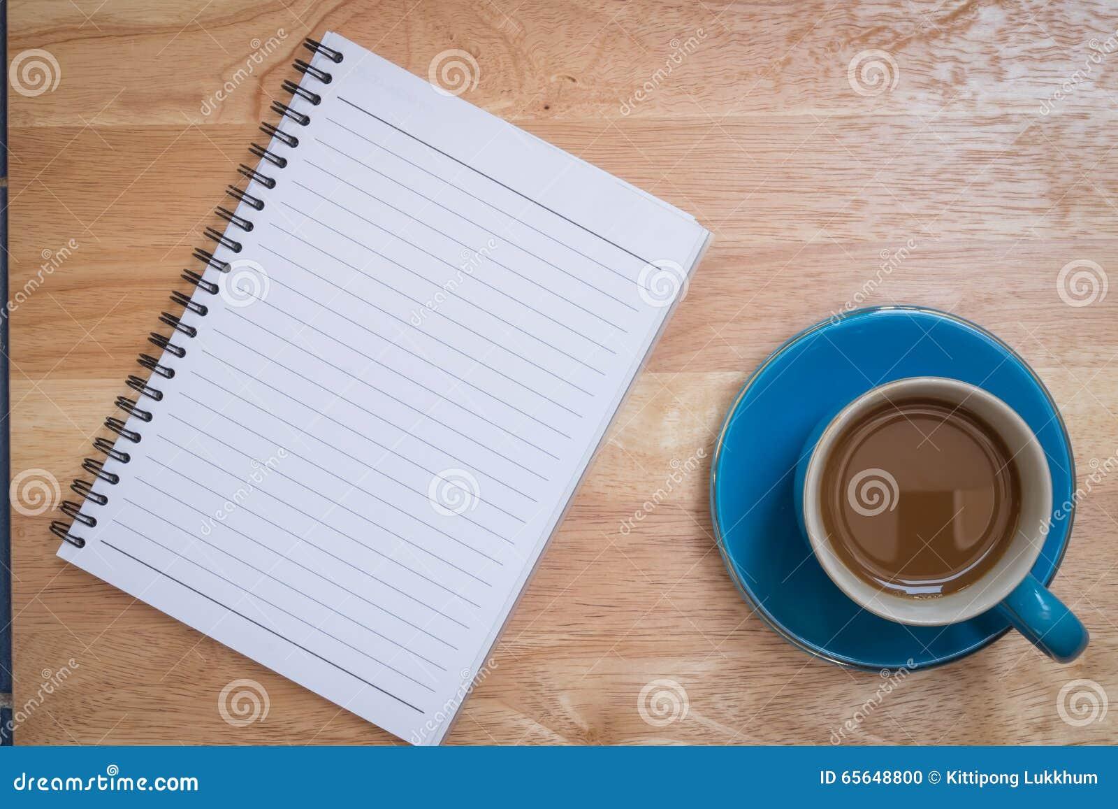 Café placé sur un plancher en bois