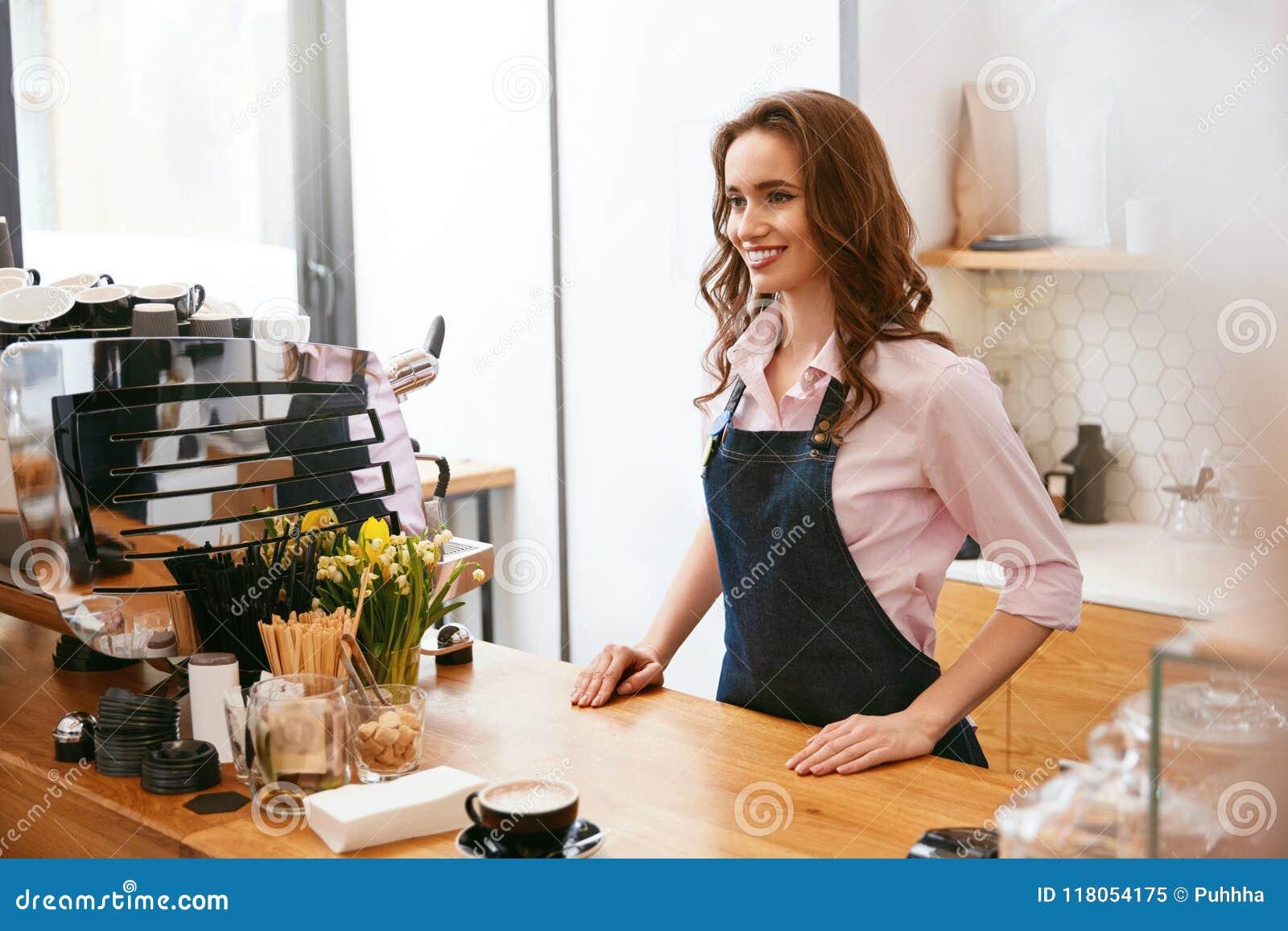 Café Porträt weiblichen Shops Barista Working In Coffee