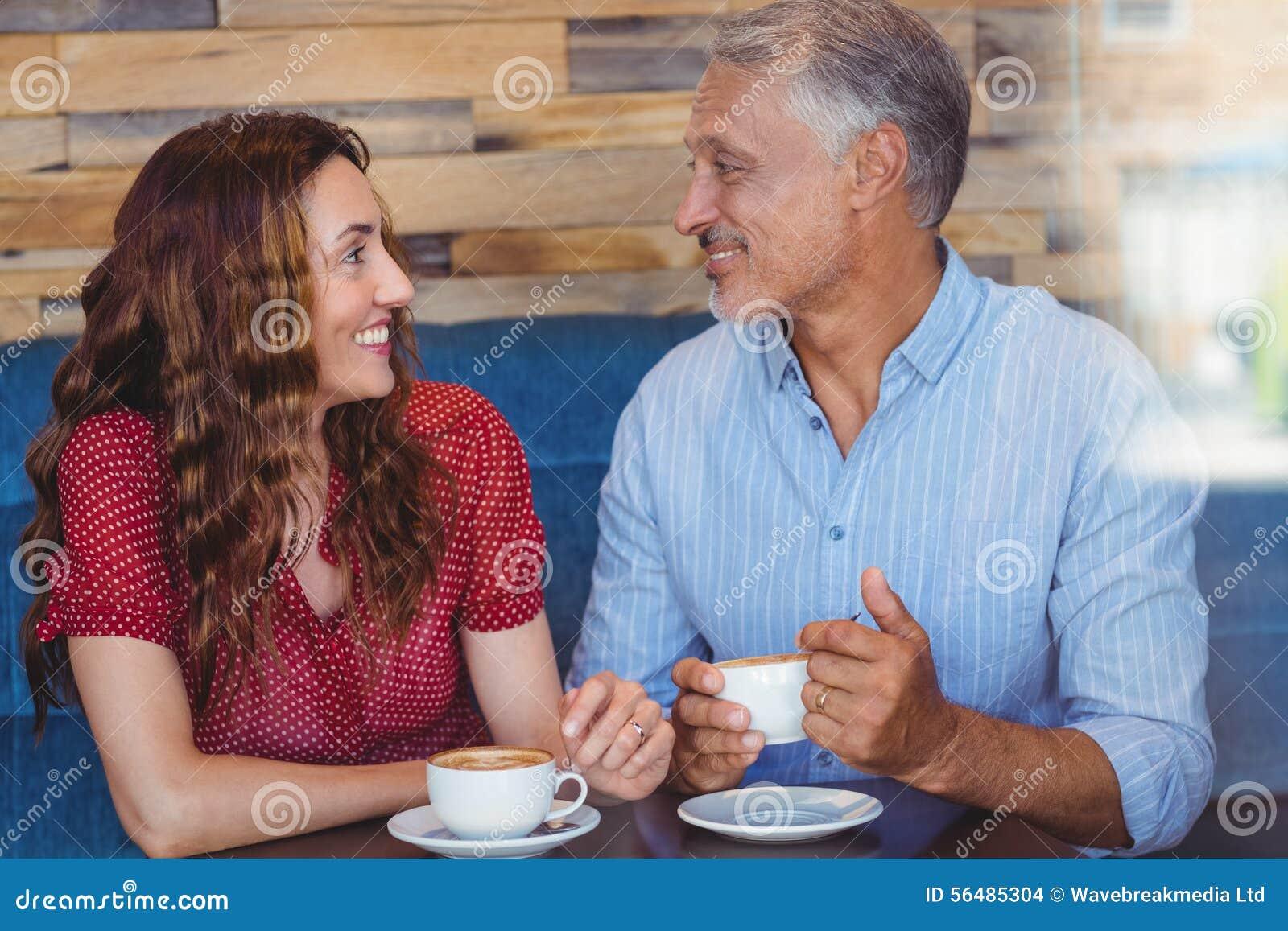 Café potable de couples mignons