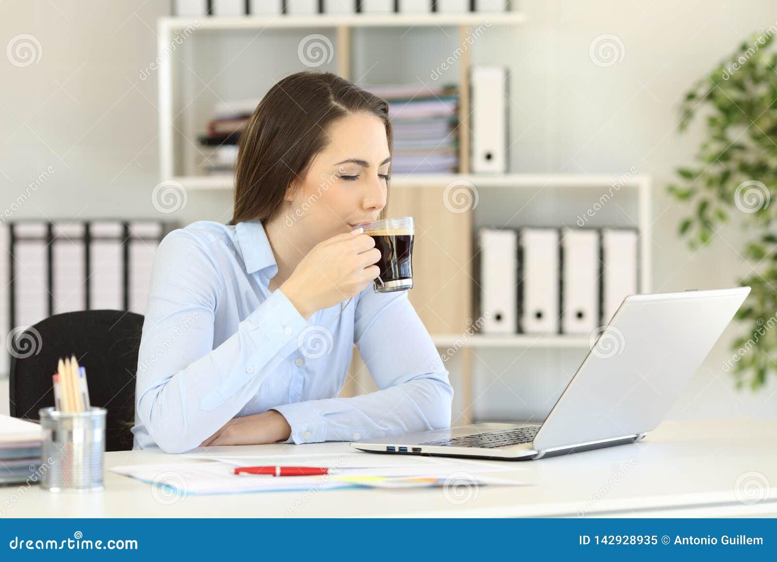 Café potable de détente d employé de bureau