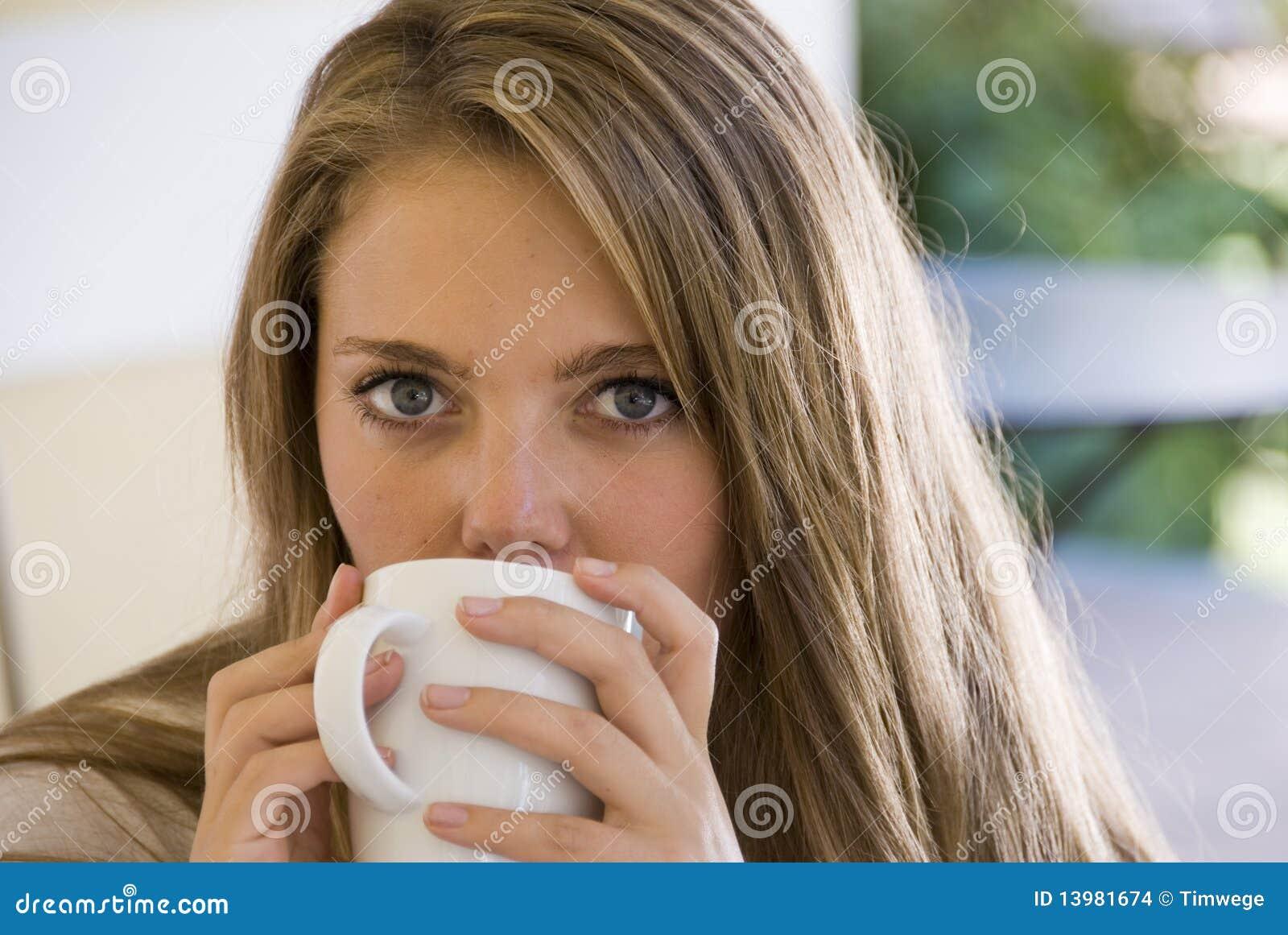 Café potable de fille d une tasse