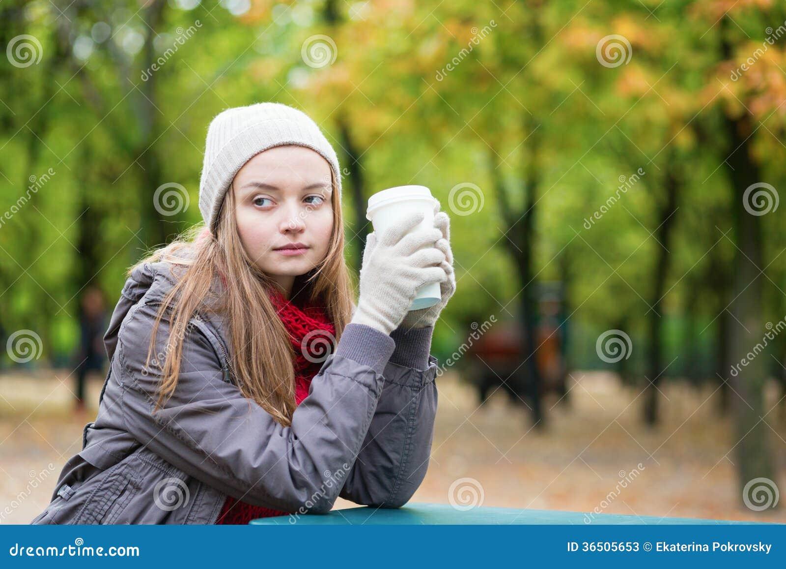 Café potable de fille dehors