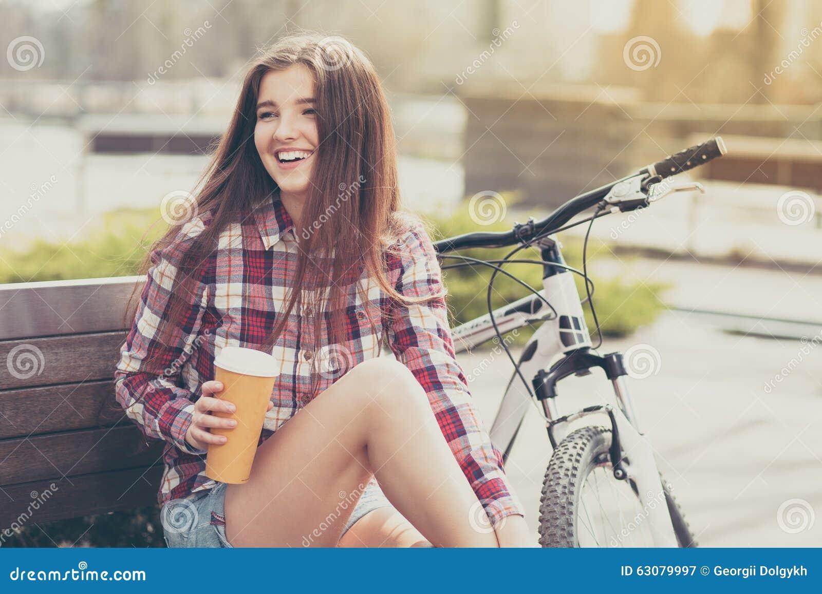 Download Café Potable De Jeune Femme En Voyage De Bicyclette Image stock - Image du stationnement, beau: 63079997