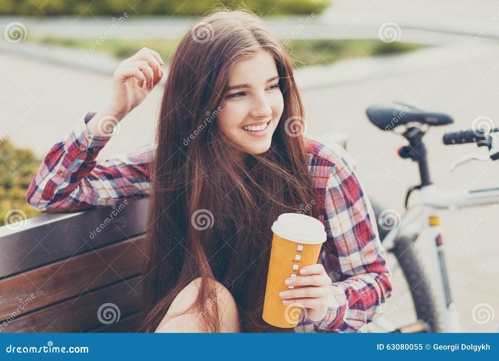 Download Café Potable De Jeune Femme En Voyage De Bicyclette Image stock - Image du cycle, fille: 63080055