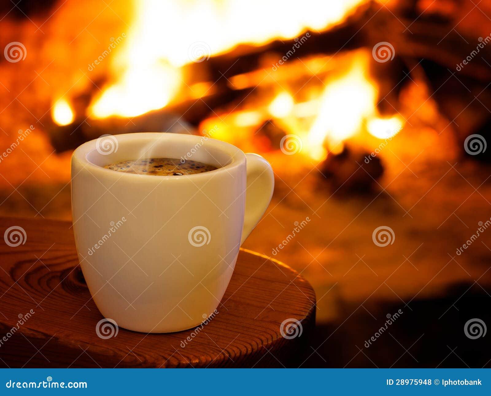 Café que fuma caliente por la chimenea
