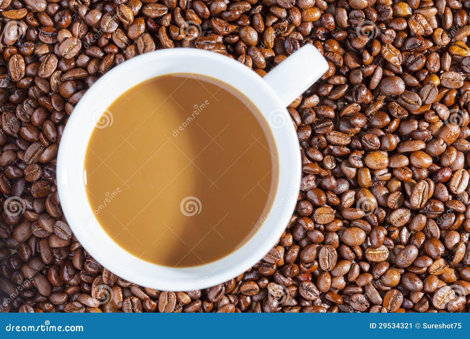 Café quente delicioso com creme nos feijões de café 1