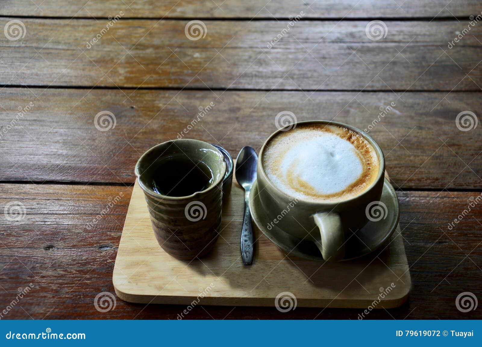 Café quente do Latte e chá quente no copo
