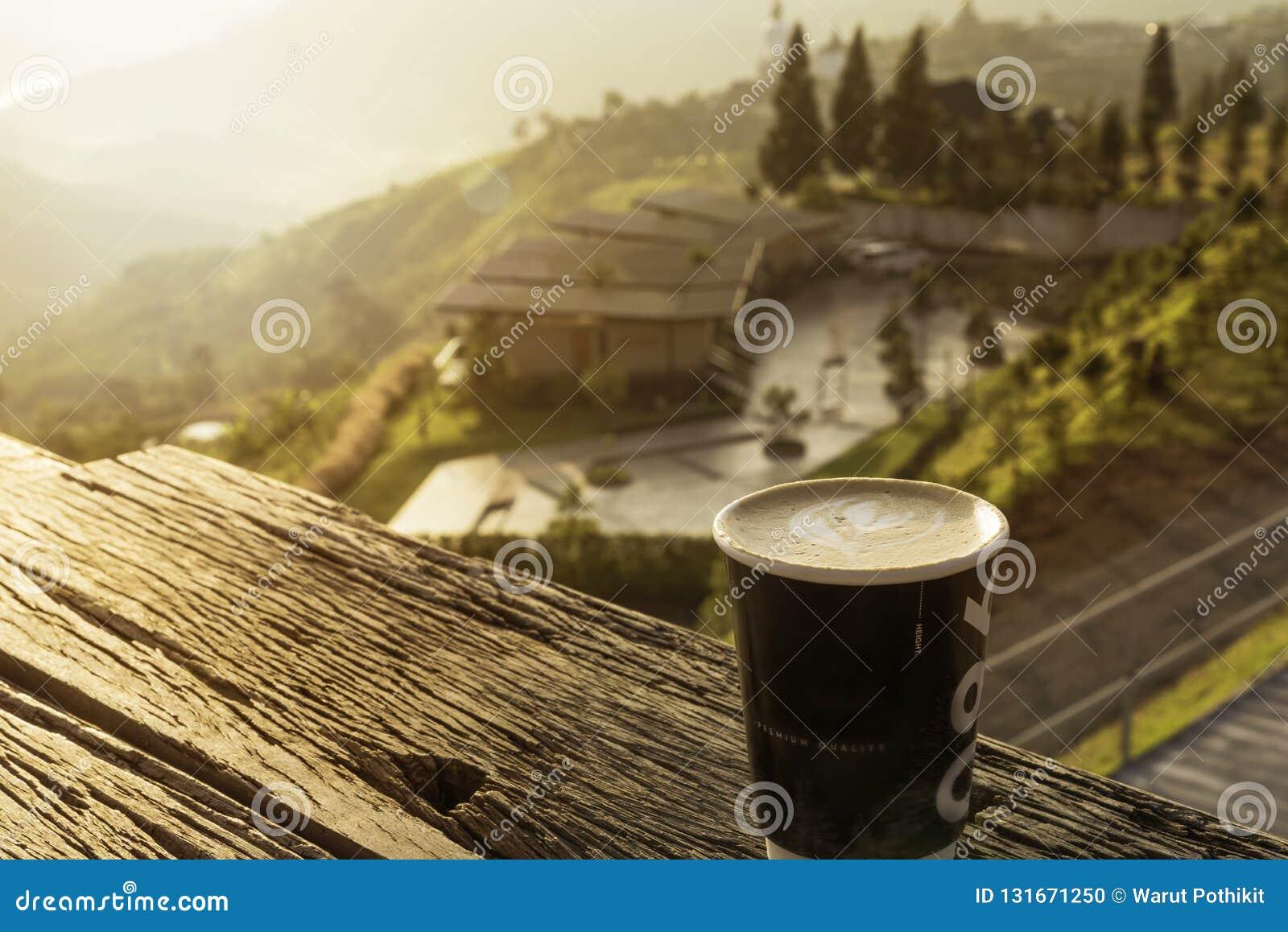 Café quente do latte no Mountain View bonito