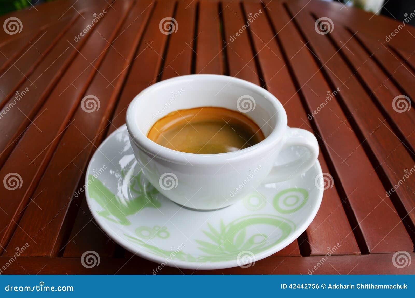 Café sólo en el vector de madera