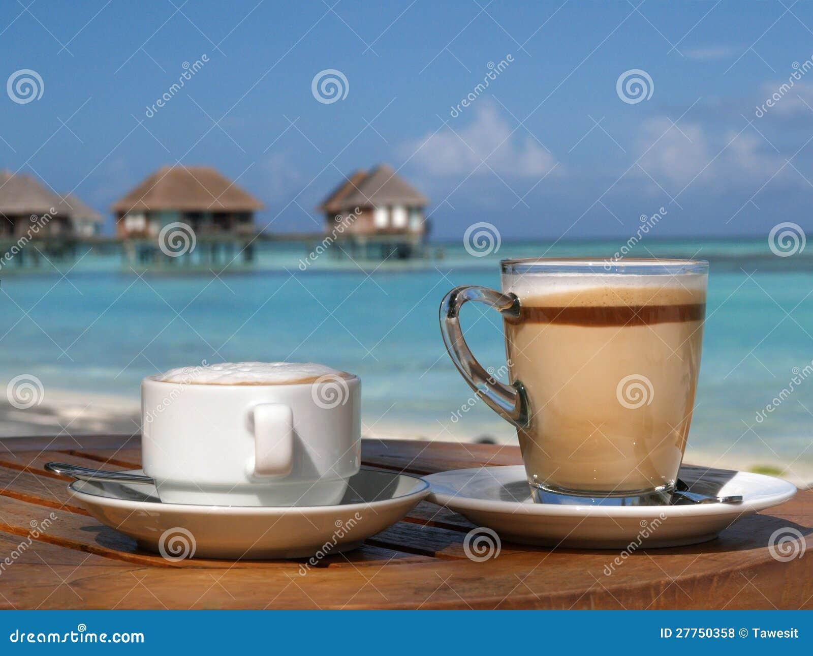 Café sur la plage en jour ensoleillé