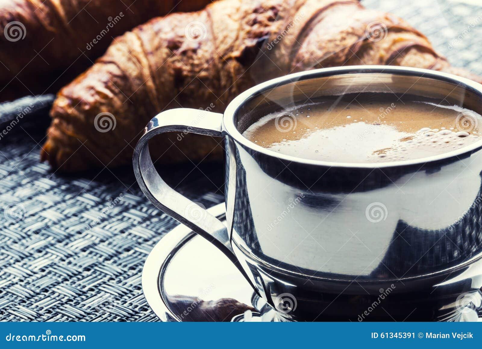 Café Tasse de café Tasse d acier inoxydable de café et de deux croissants Coupure d affaires de pause-café