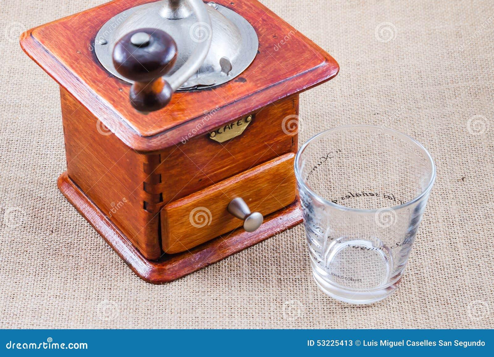 Café, taza y amoladora