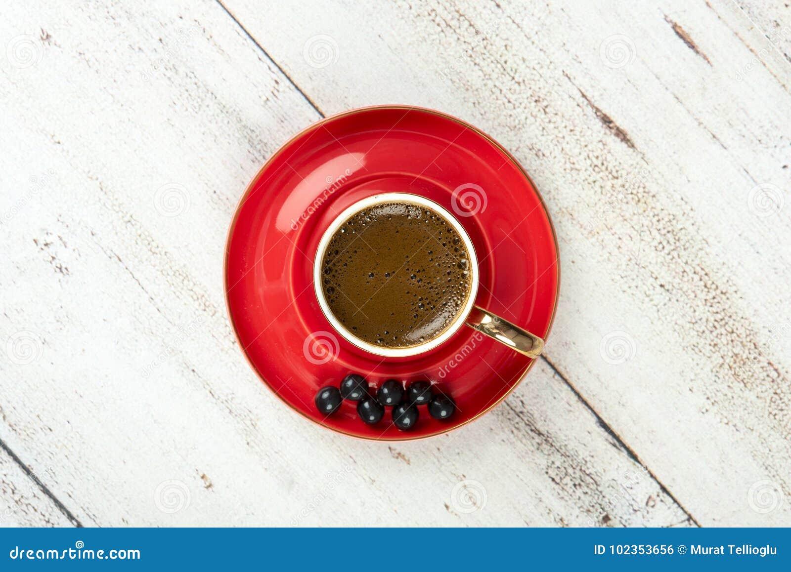 Café turc dans la tasse rouge