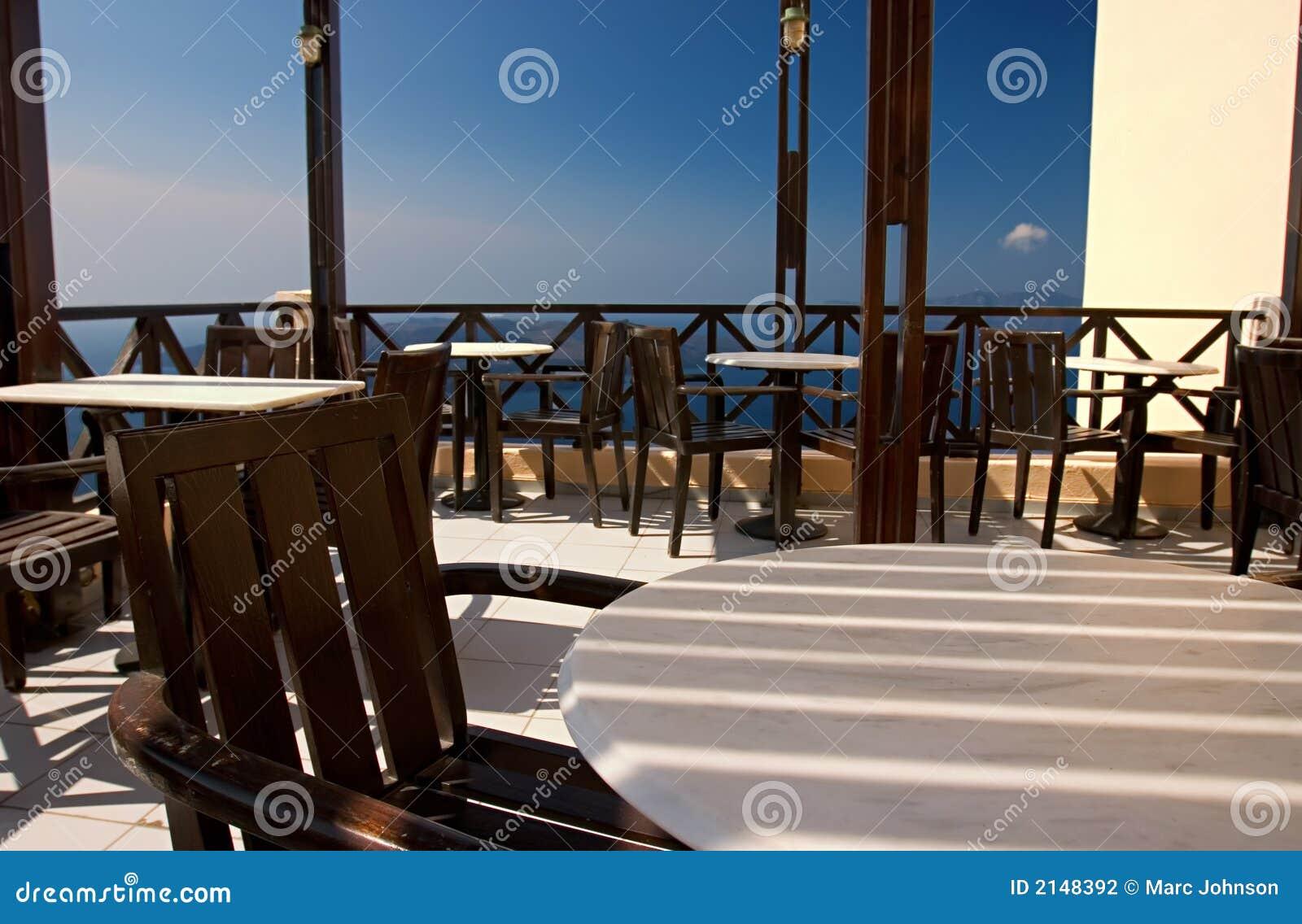 Café vazio: Thira, Greece.