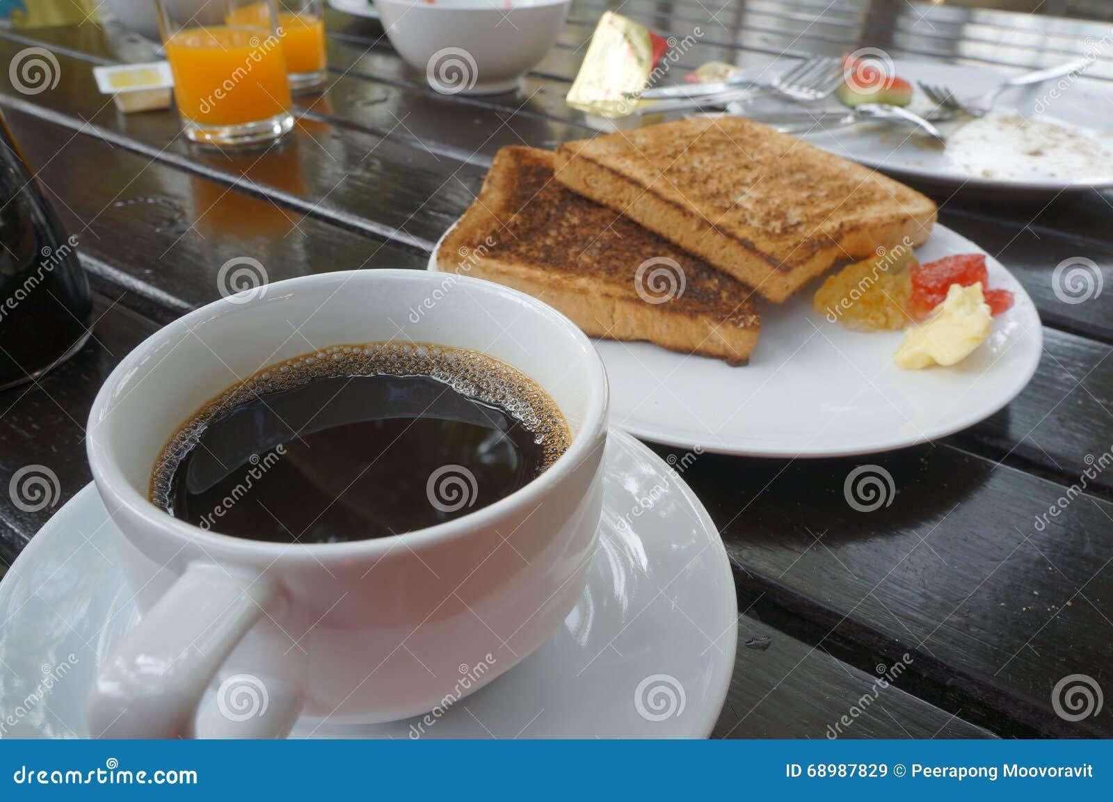 Café y tostada en la tabla
