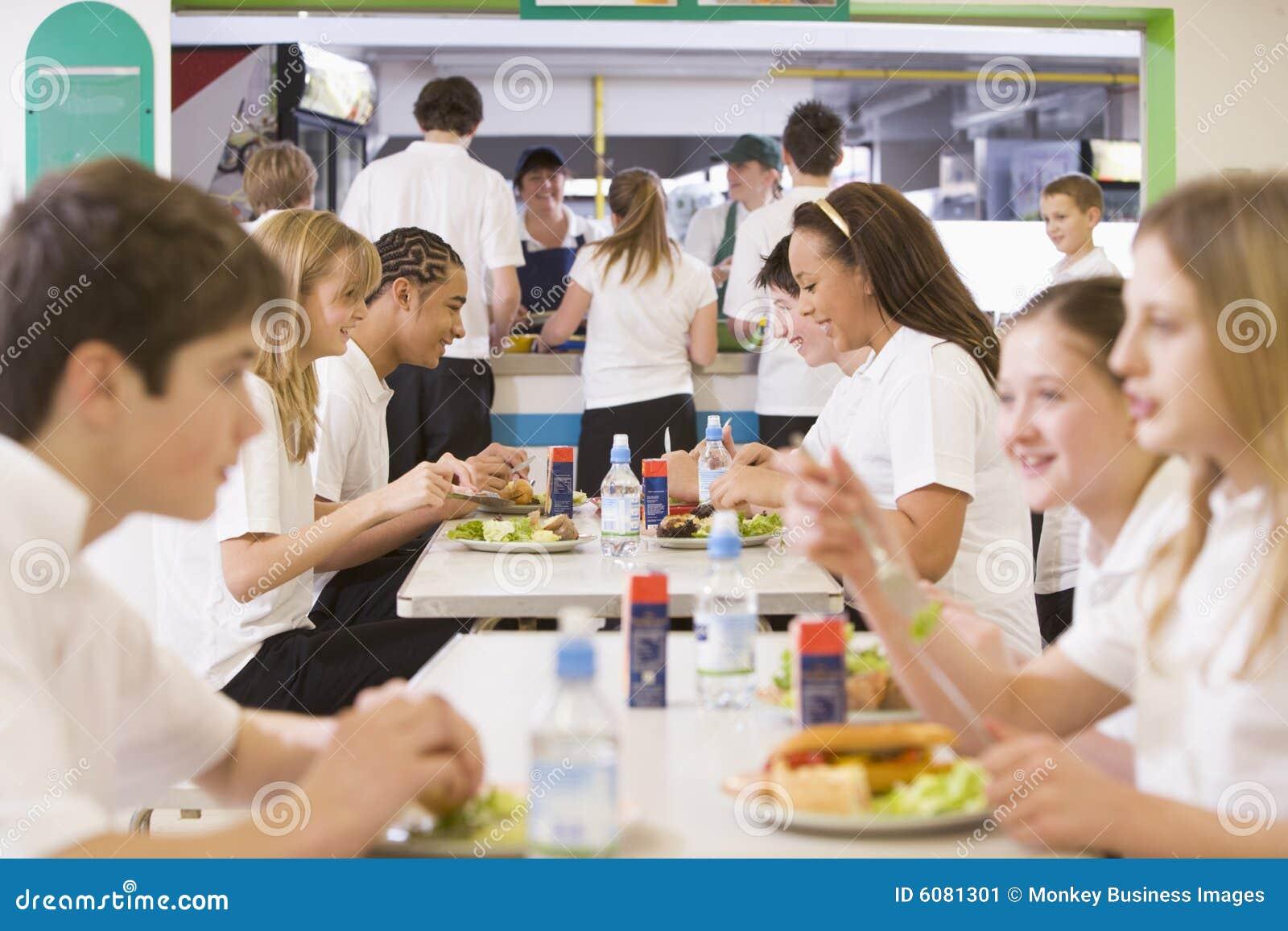 Cafétéria mangeant des étudiants d école