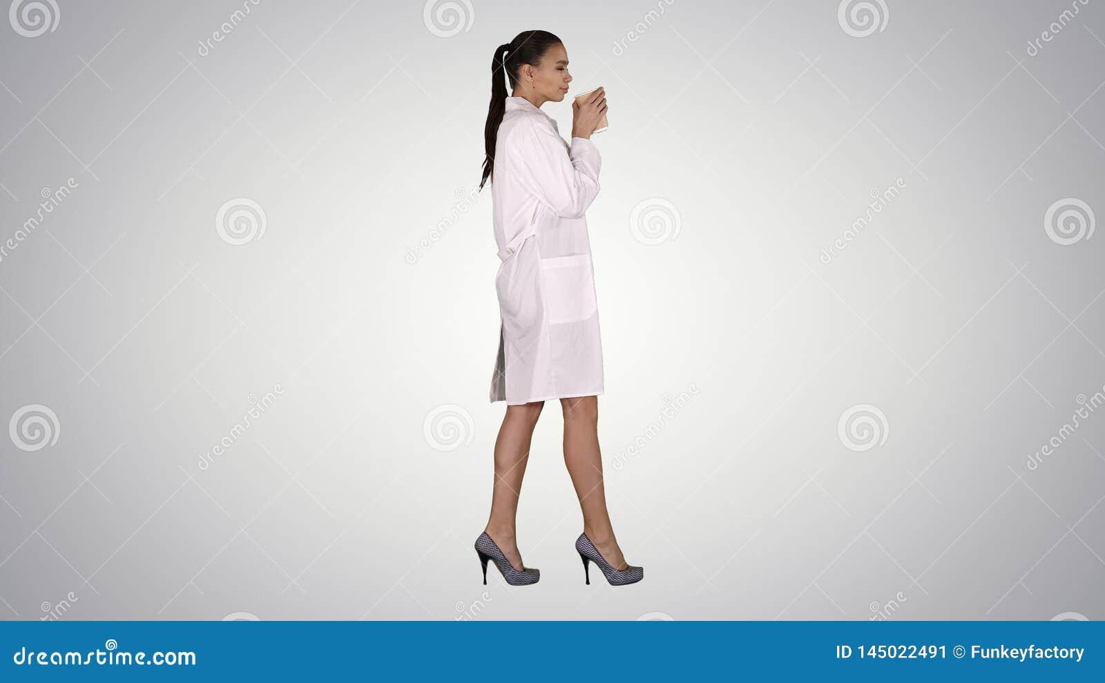 Caf? bebendo do doutor f?mea e passeio no fundo do inclina??o