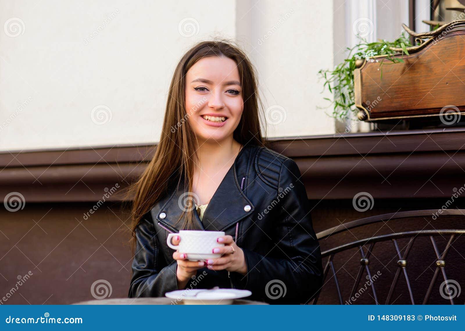 Caf? da manh? Data de espera Bom dia Tempo de caf? da manh? a menina relaxa no caf? Almo?o de neg?cio Forma do ver?o