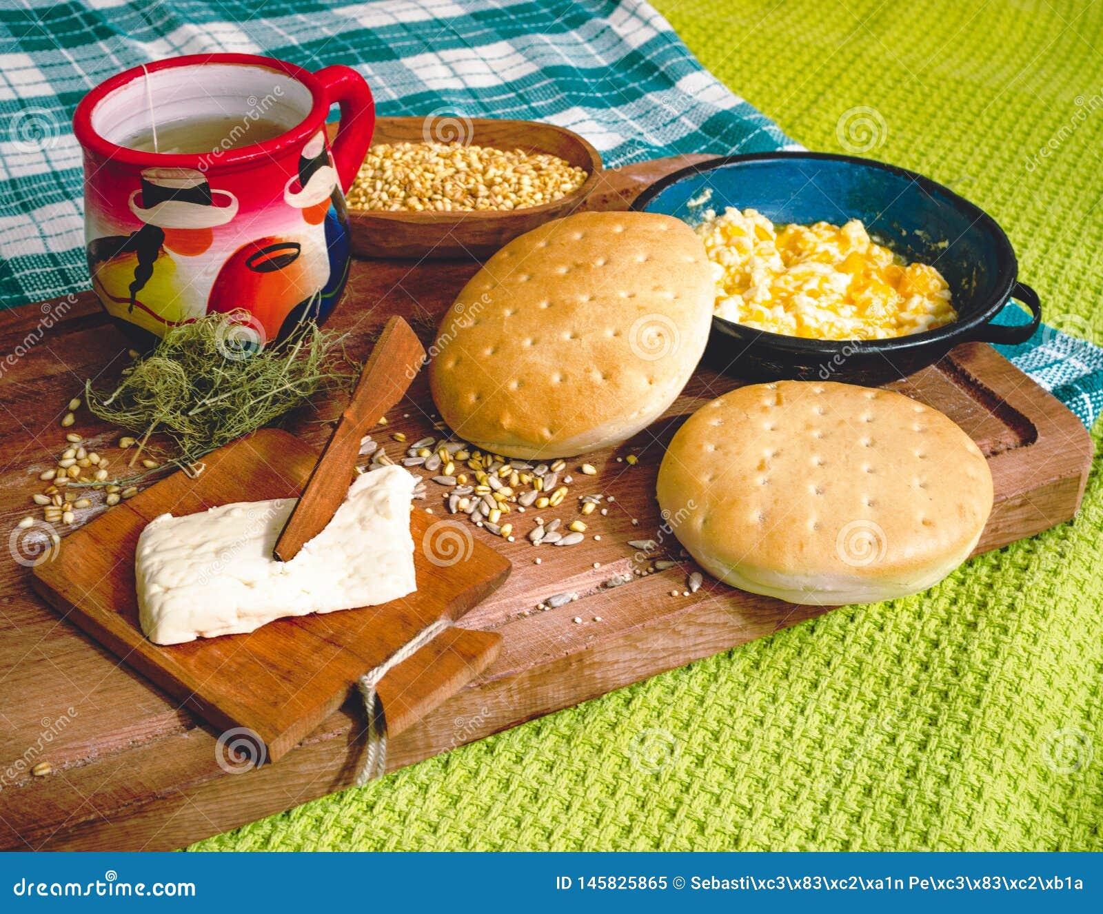Caf? da manh? latino-americano na tabela de madeira