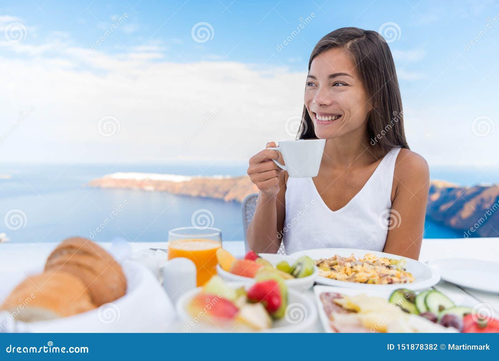 Caf? de consumici?n de la ma?ana de la mujer en el desayuno