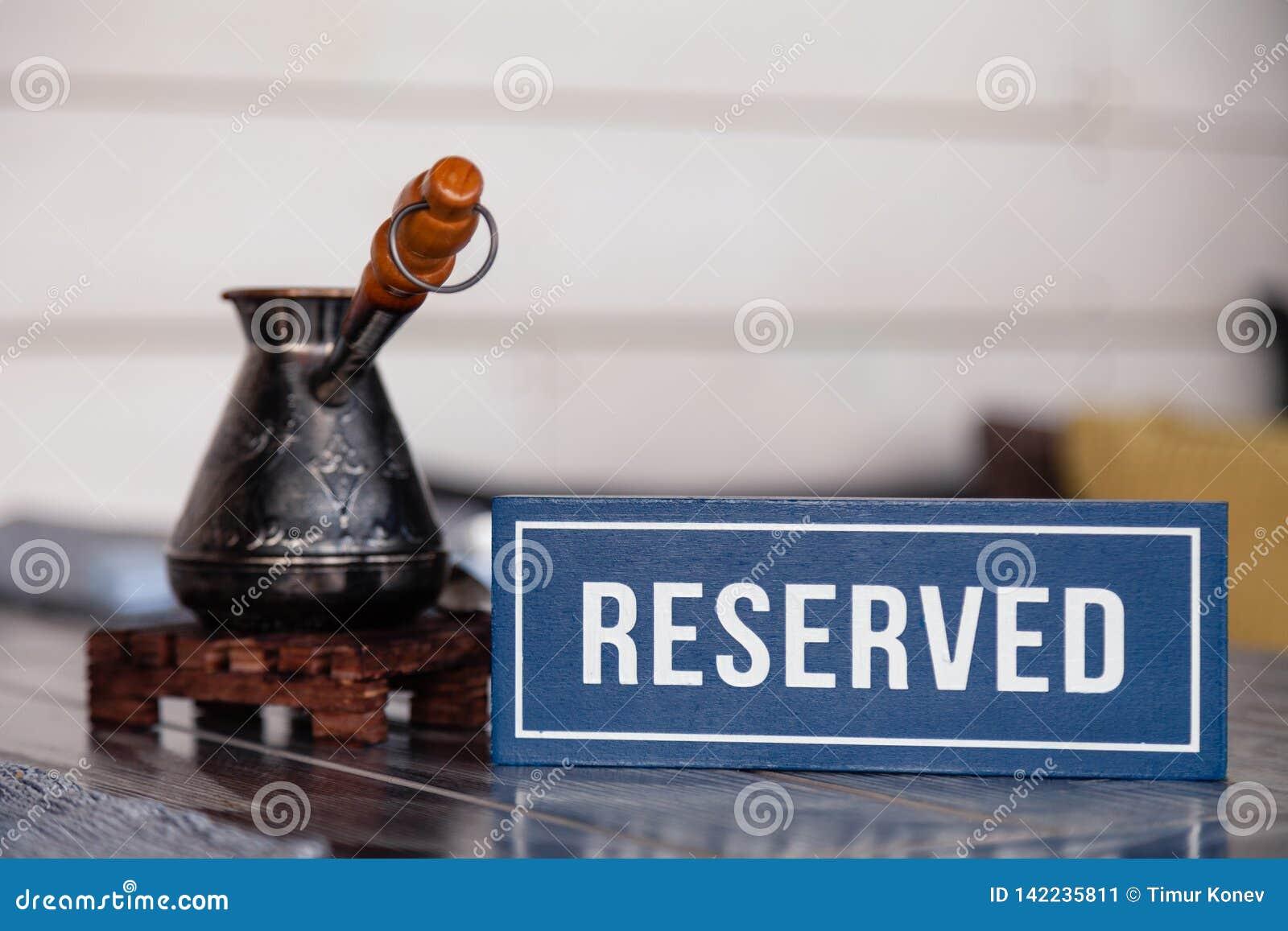 Caf? turc traditionnel de plan rapproch? dans le cezve sur le support en bois, tasse de porcelaine avec des cubes en sucre raffin