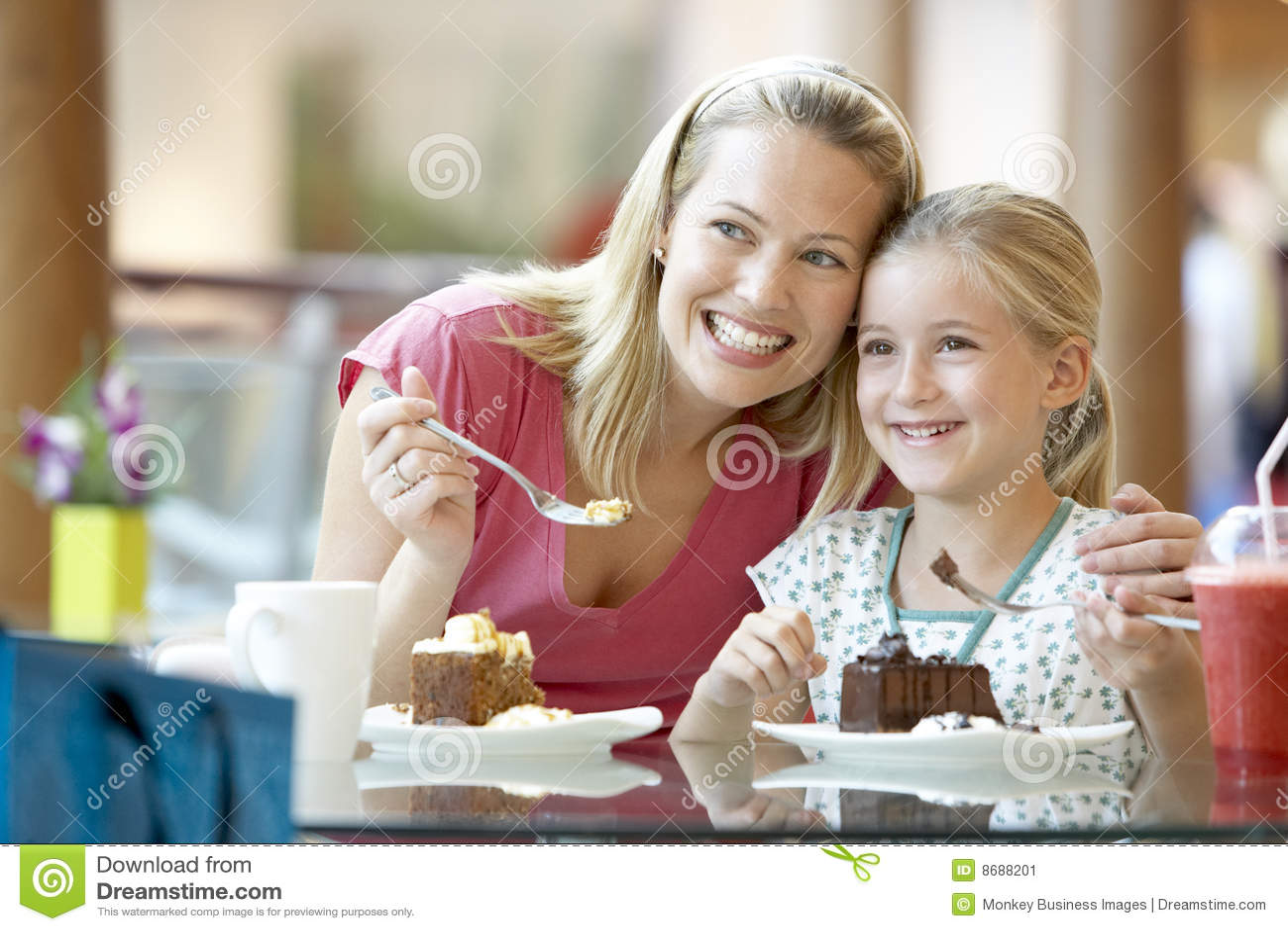 Cafedotter som har lunchmodern tillsammans