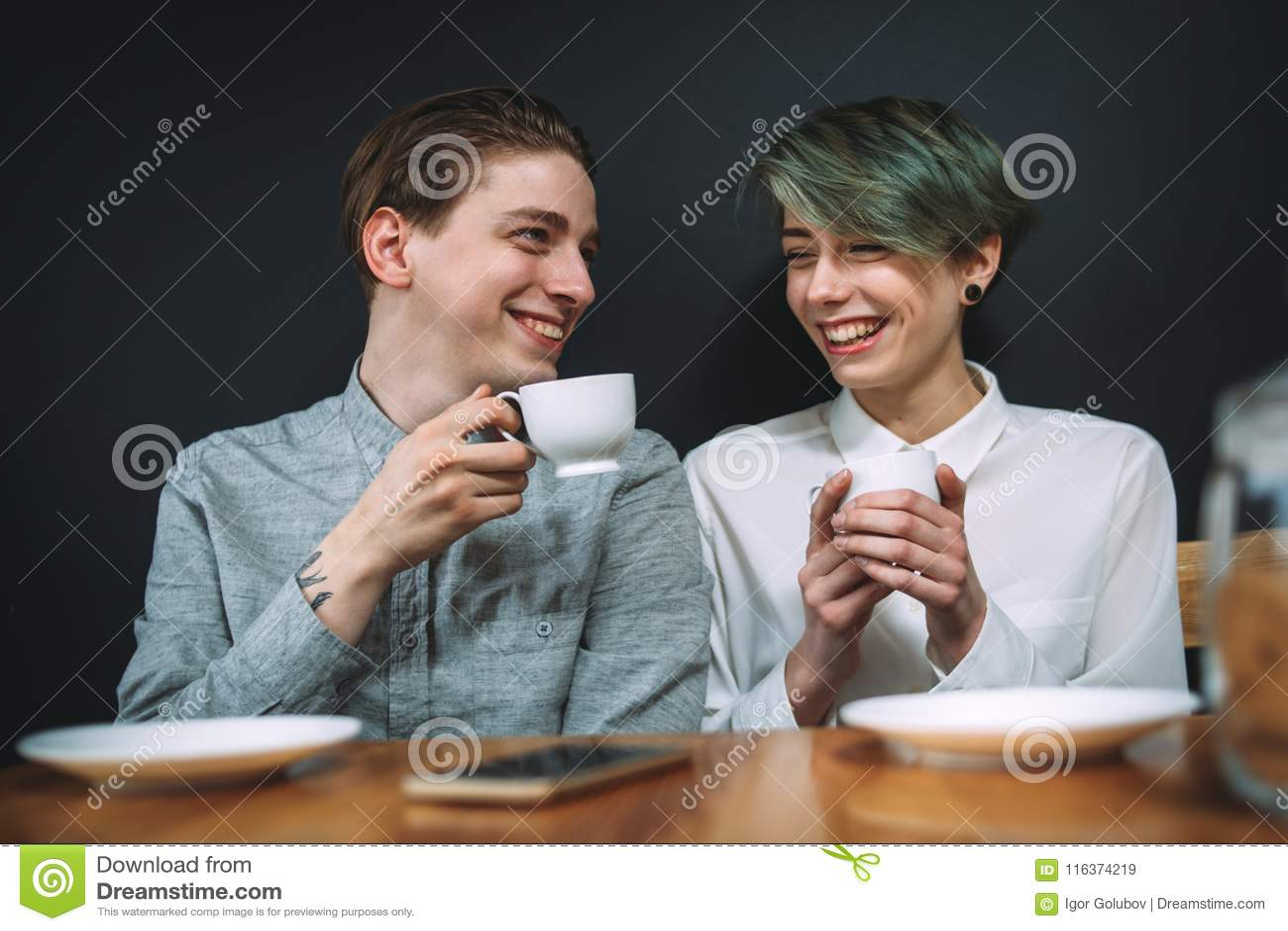Cafeteria för parförhållandedrink som skrattar datumet