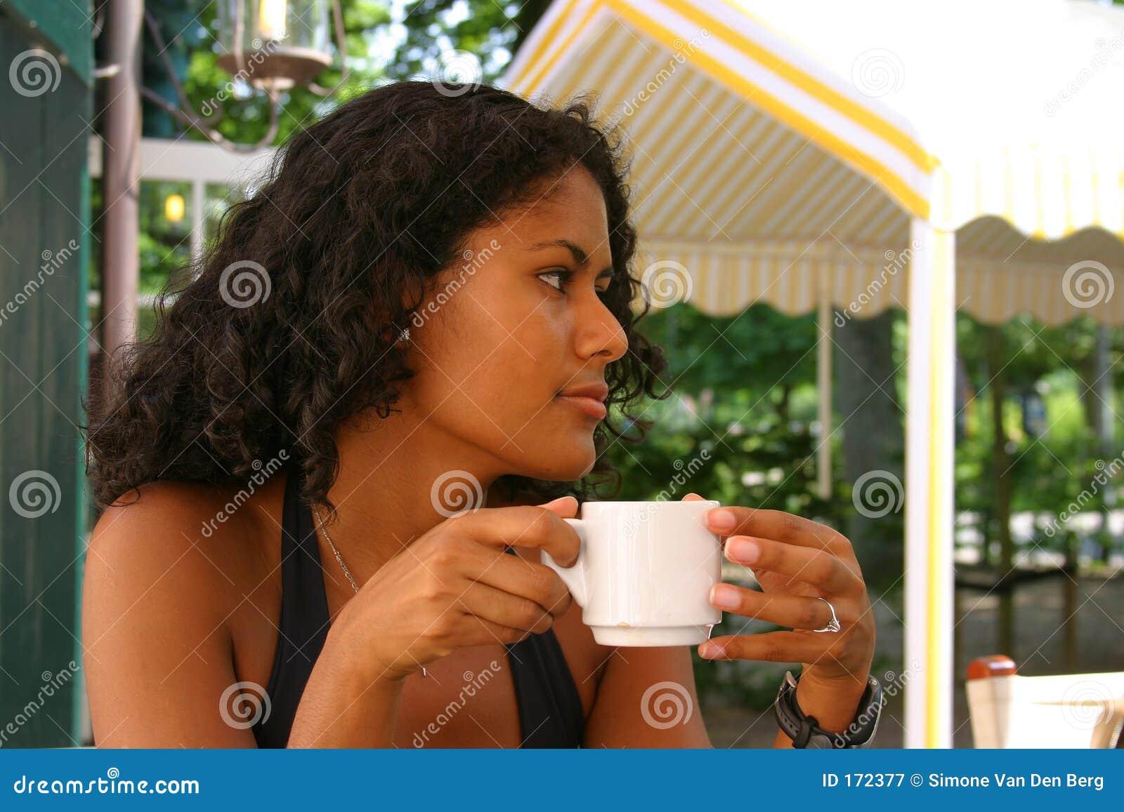 Caffè bevente della bella donna brasiliana
