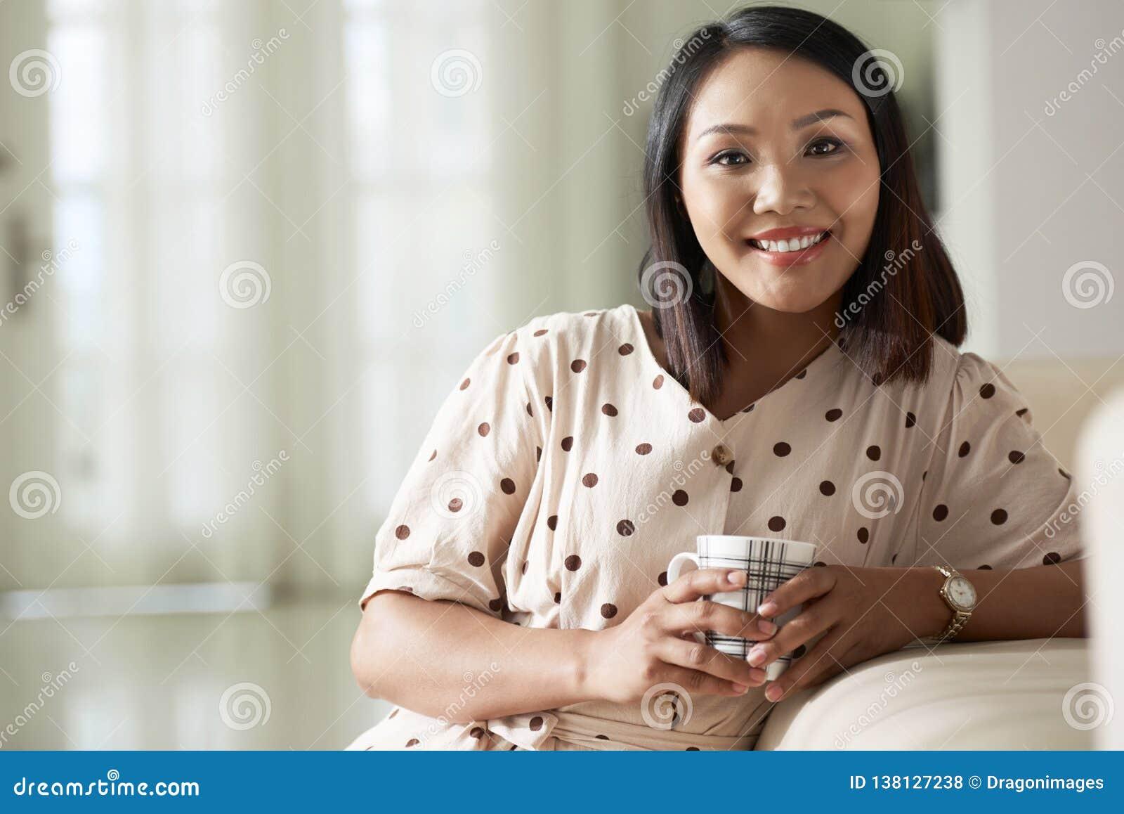 Caffè bevente della donna felice