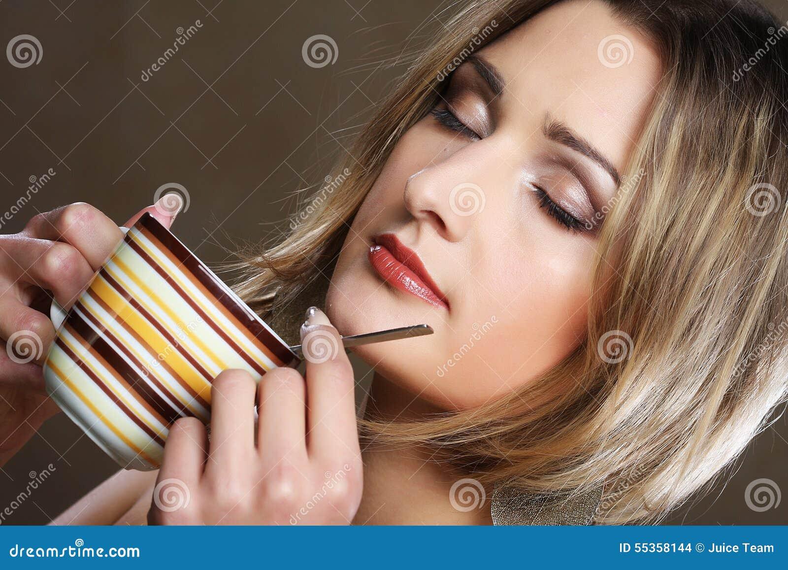 Caffè bevente della donna graziosa giovane