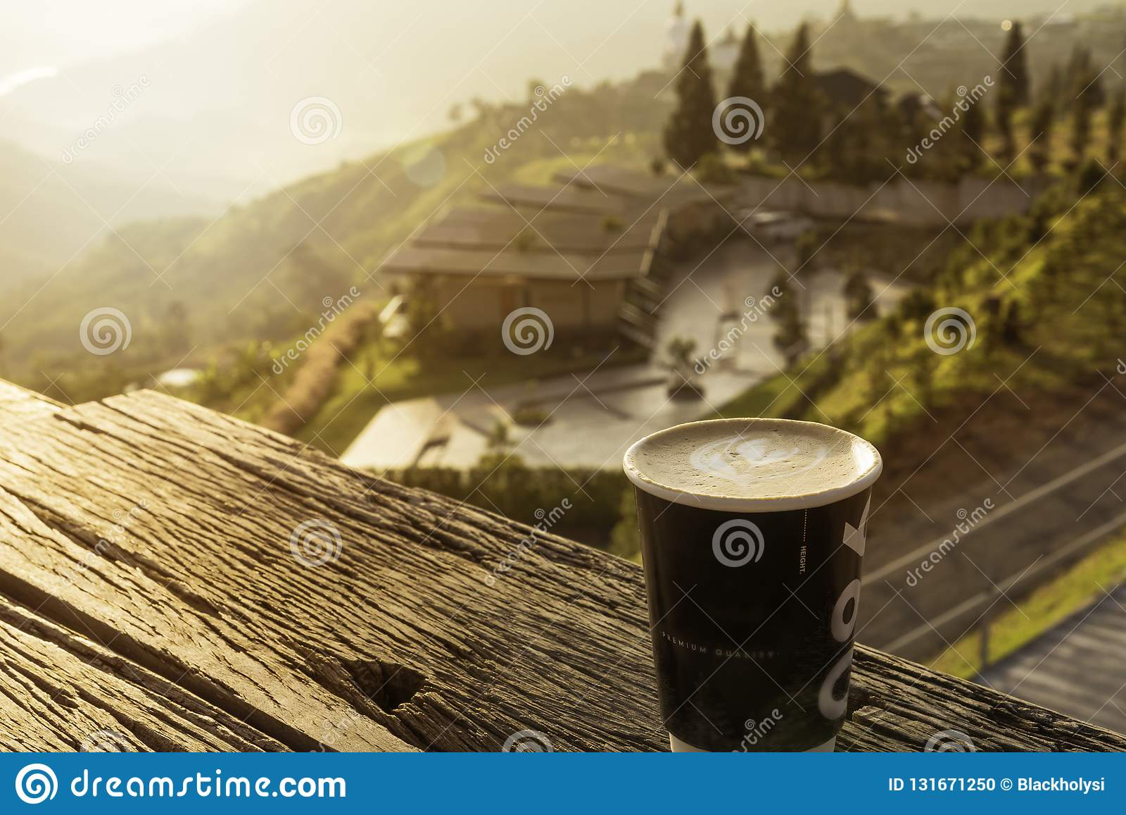 Caffè caldo del latte nel bello Mountain View