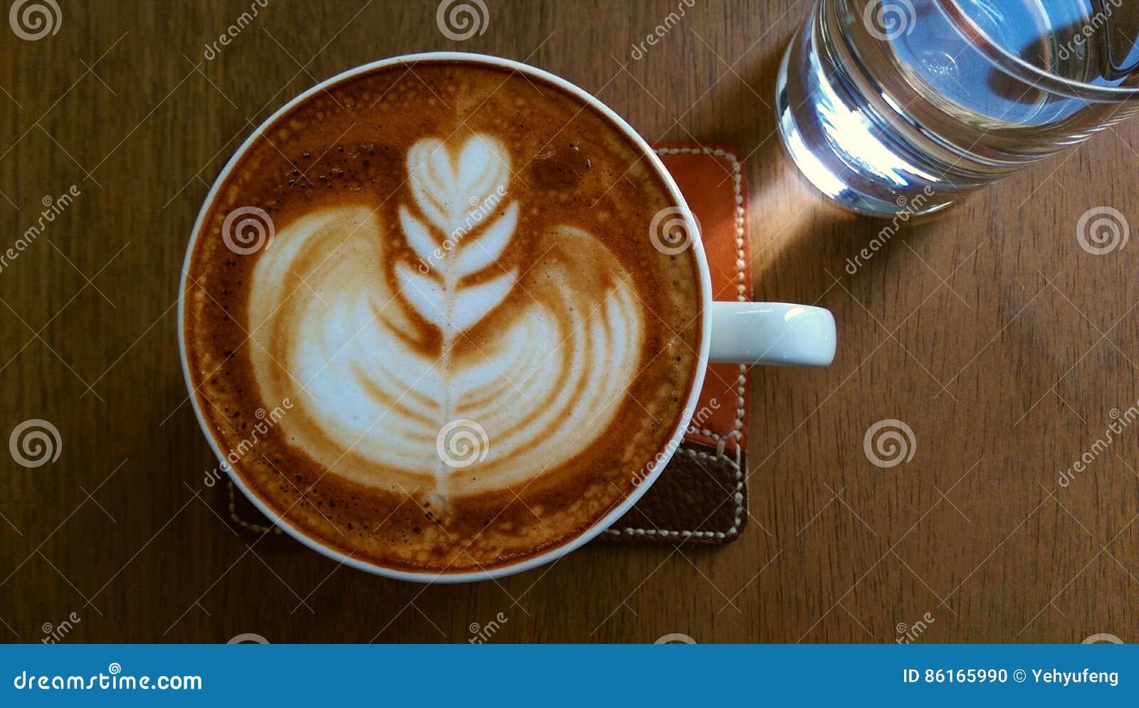 Caffè con arte del latte