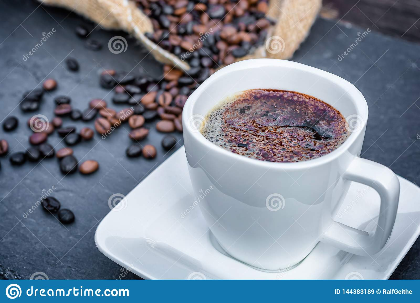 Caffè con cacao in polvere decorato per un godimento celeste