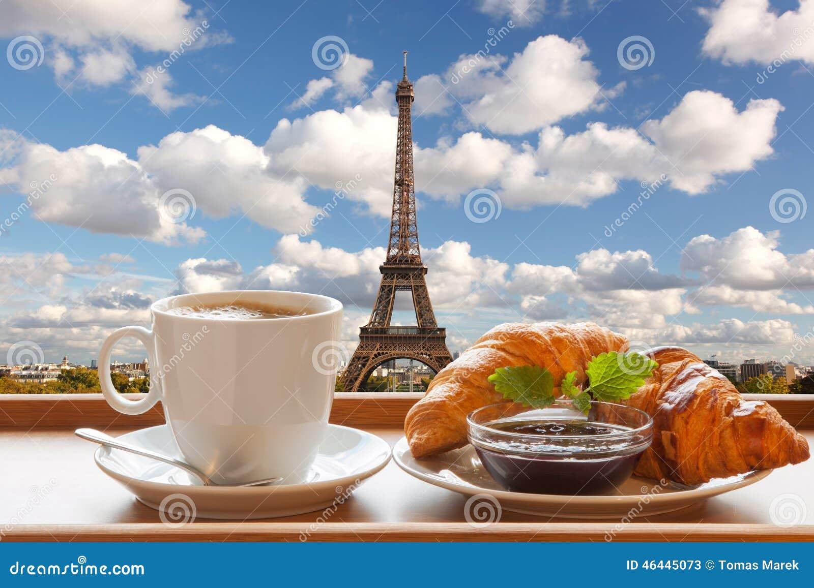 Caffè con i croissant contro la torre Eiffel a Parigi, Francia